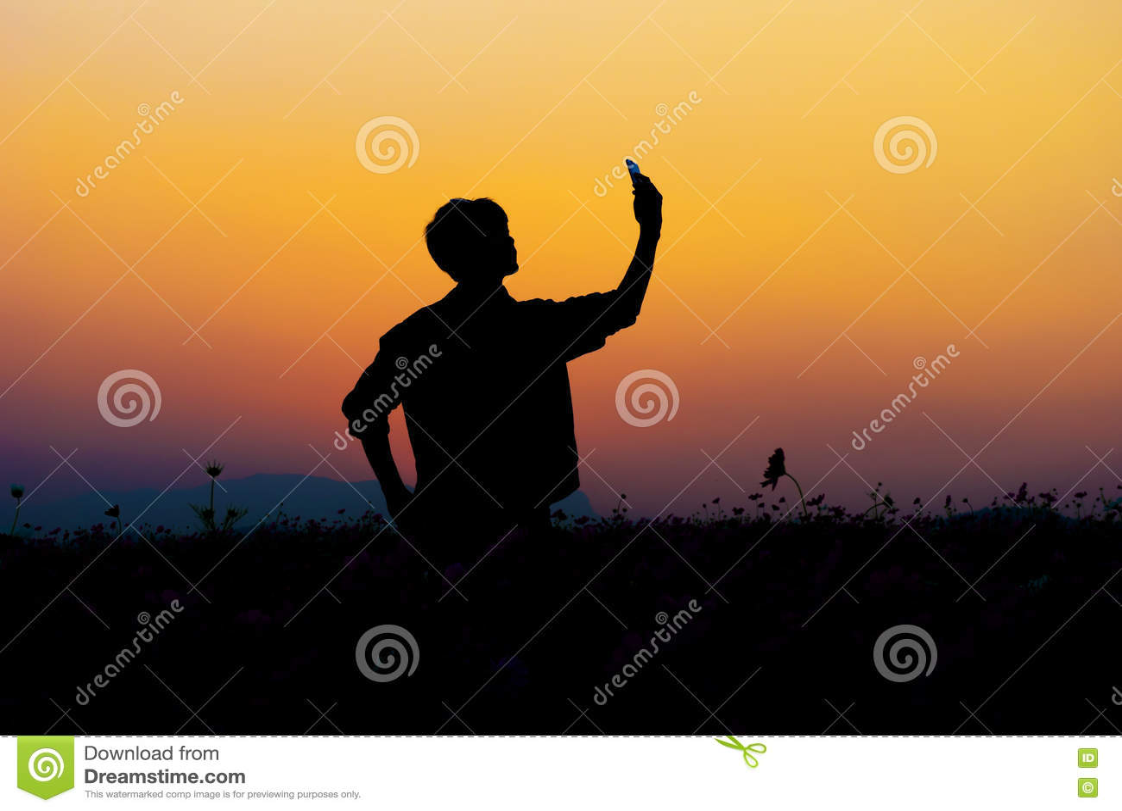 Download Силуэт Selfie человека Силуэт человека представляя на заходе солнца Стоковое Изображение - изображение насчитывающей тень, outdoors: 72290901