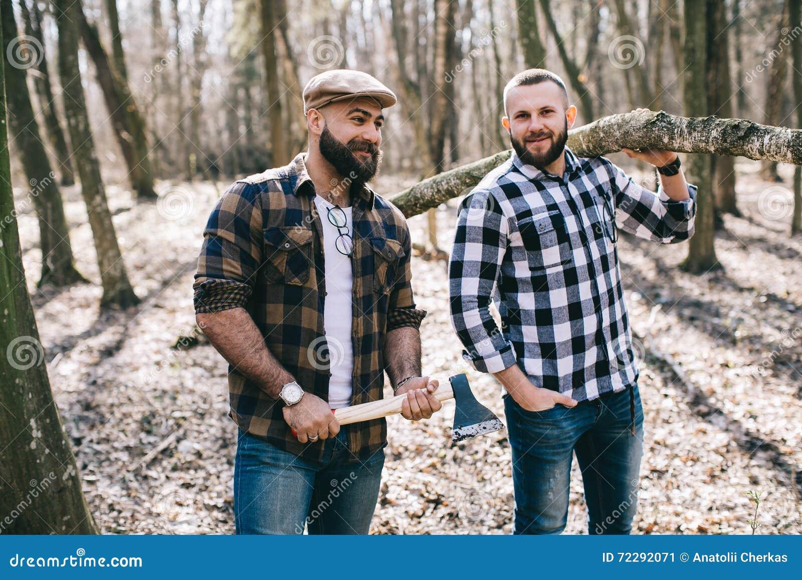 Download Сильный Lumberjack прерывая древесину Стоковое Изображение - изображение насчитывающей хобот, вскользь: 72292071