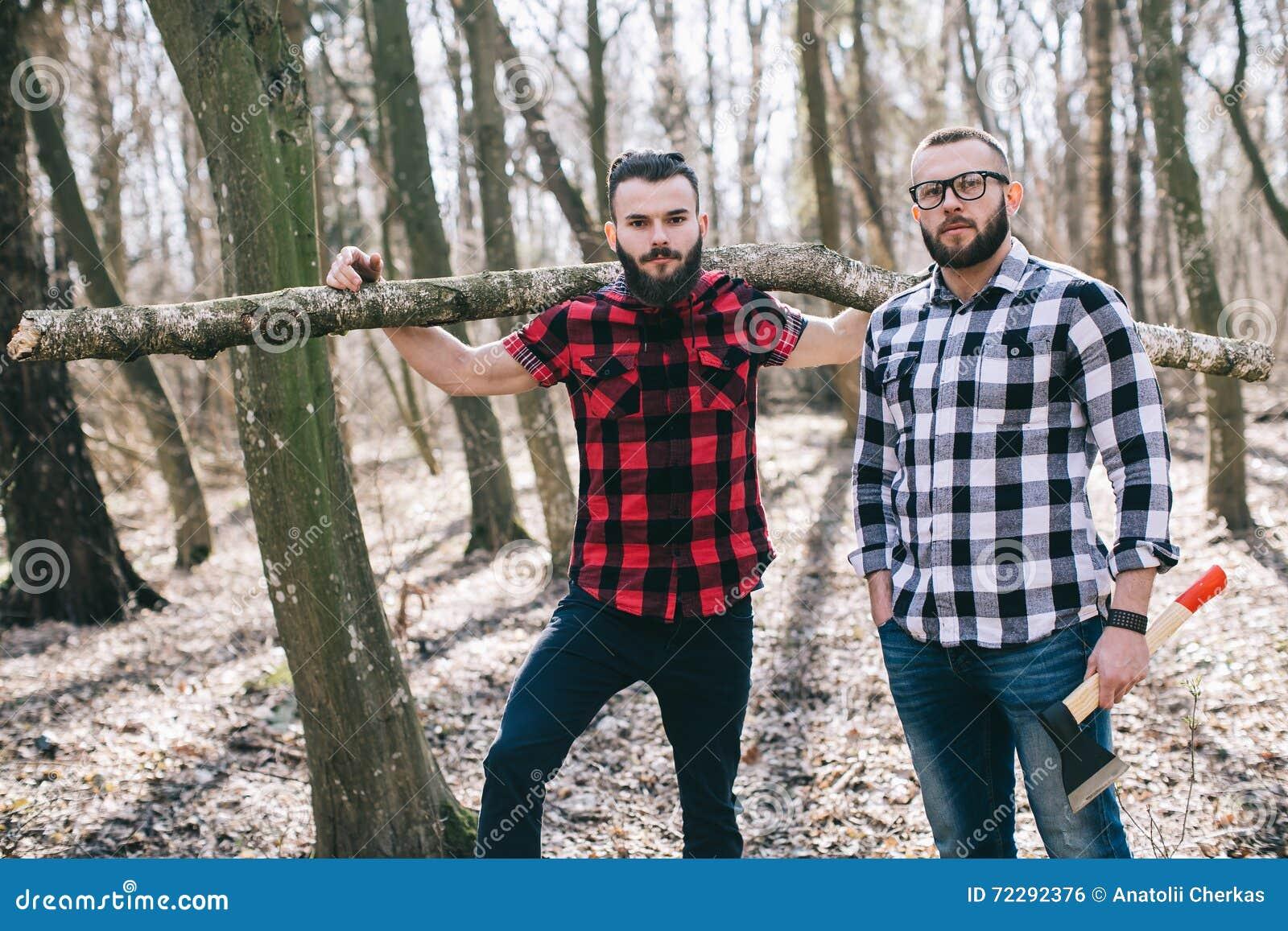 Download Сильный Lumberjack прерывая древесину Стоковое Фото - изображение насчитывающей отрезок, природа: 72292376