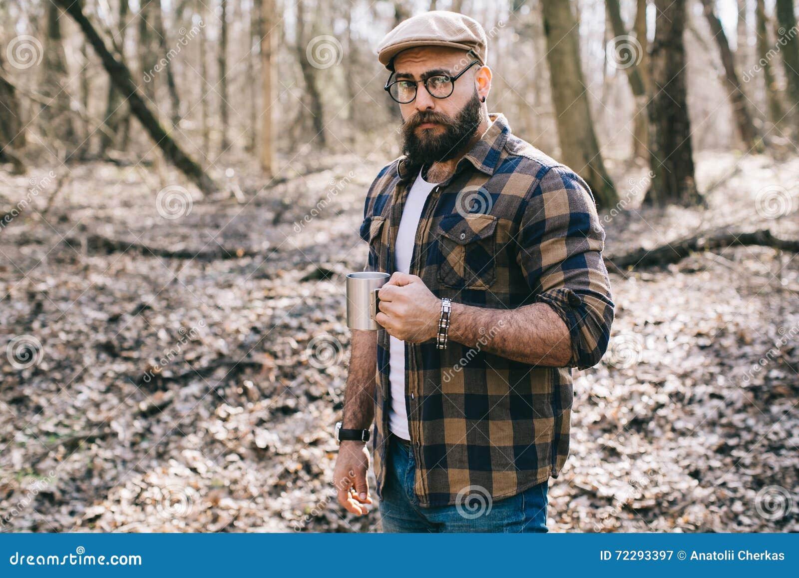 Download Сильный Lumberjack работая в лесе Стоковое Изображение - изображение насчитывающей лесопогрузчик, лучей: 72293397