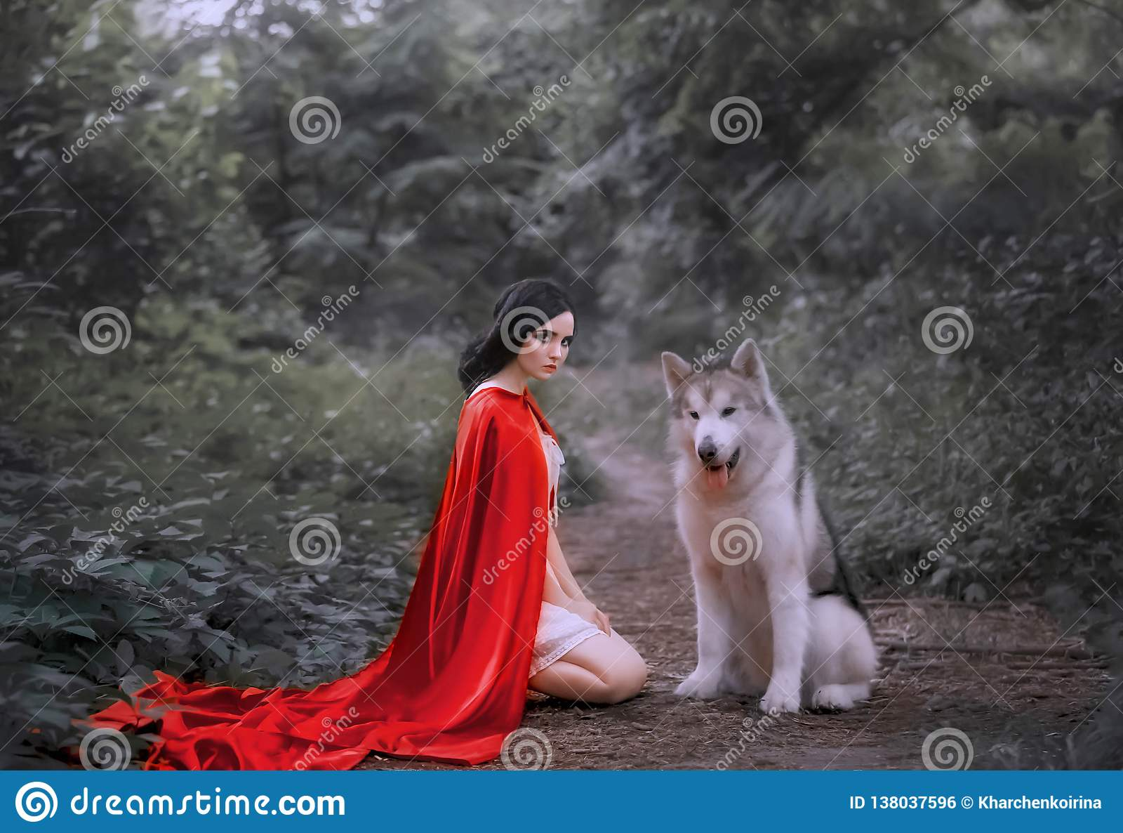 Сказка о красной крышке, темн-с волосами девушке на земле в толстом платье белого света леса вкратце, длинном плаще шарлаха