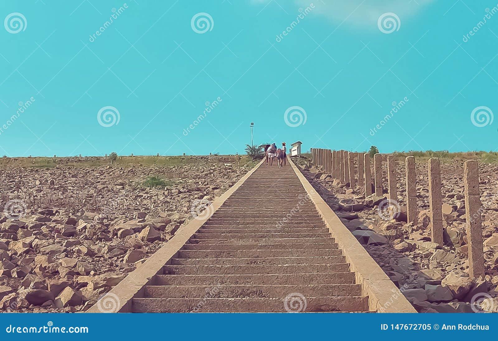 Скалистые шаги и голубое небо
