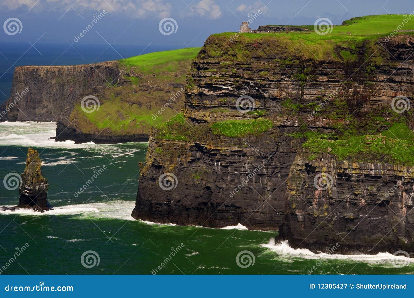 скалы плавают вдоль побережья известное moher Ирландии на запад