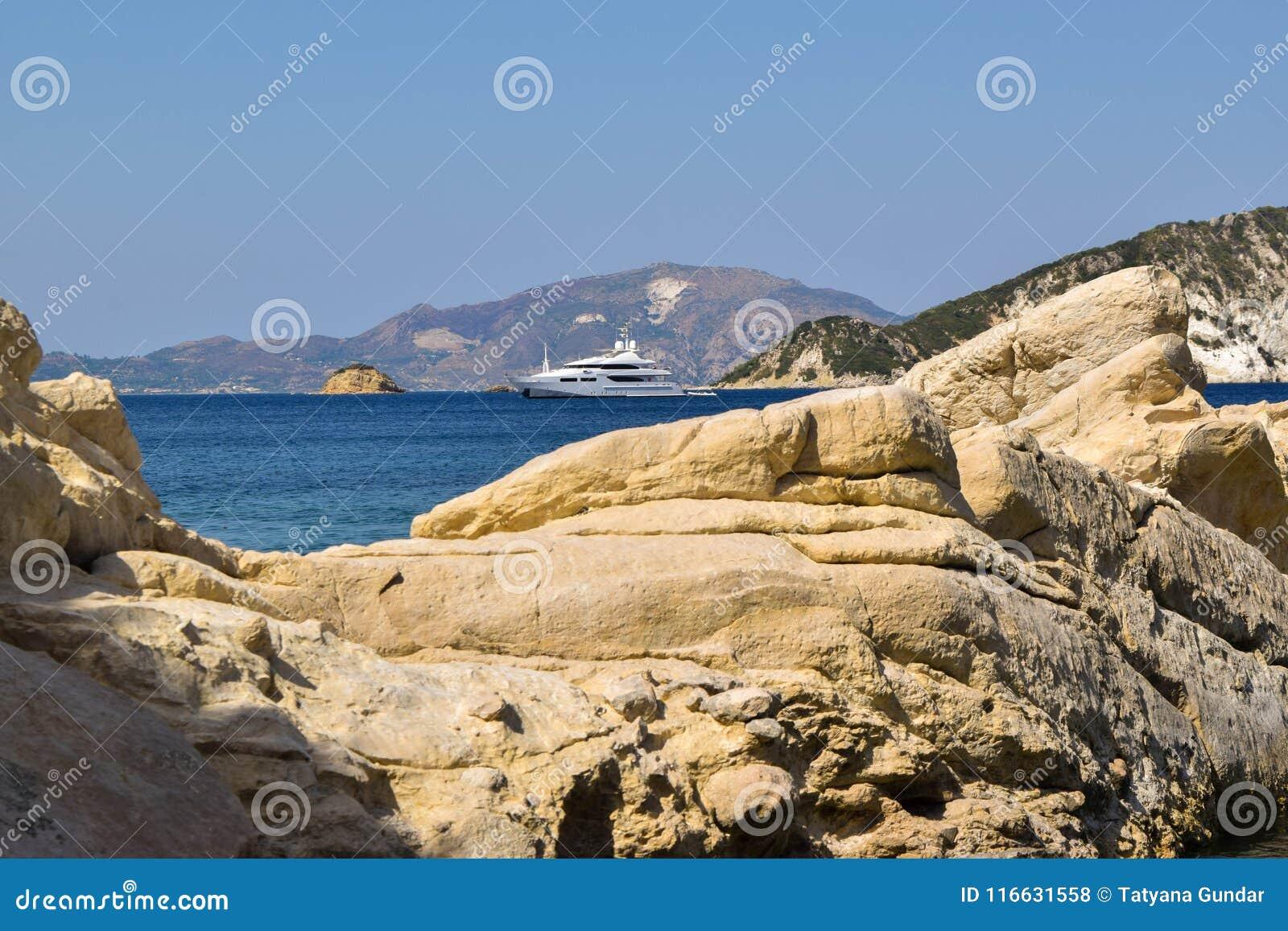 Скалы пляжа Marathias, Греции