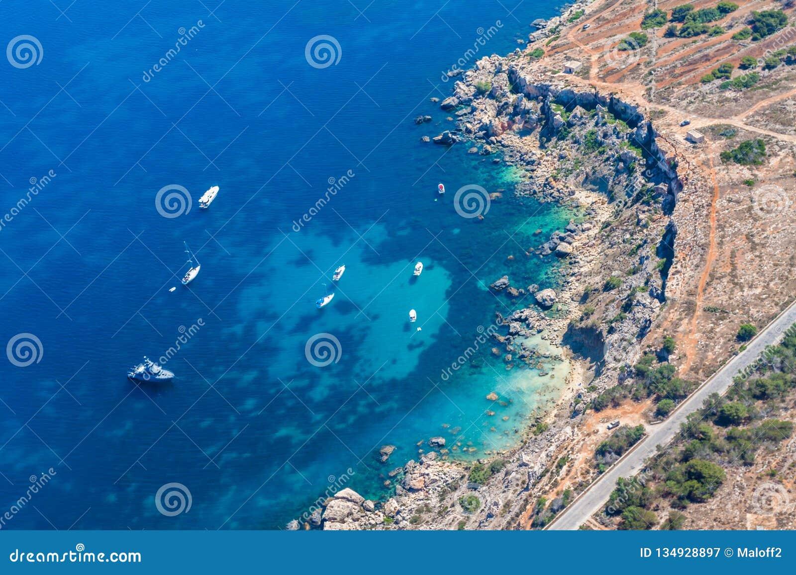 Скалы Rdum il-Hmar и славное место пикирования между массивными валунами около Mellieha в северном регионе Мальты