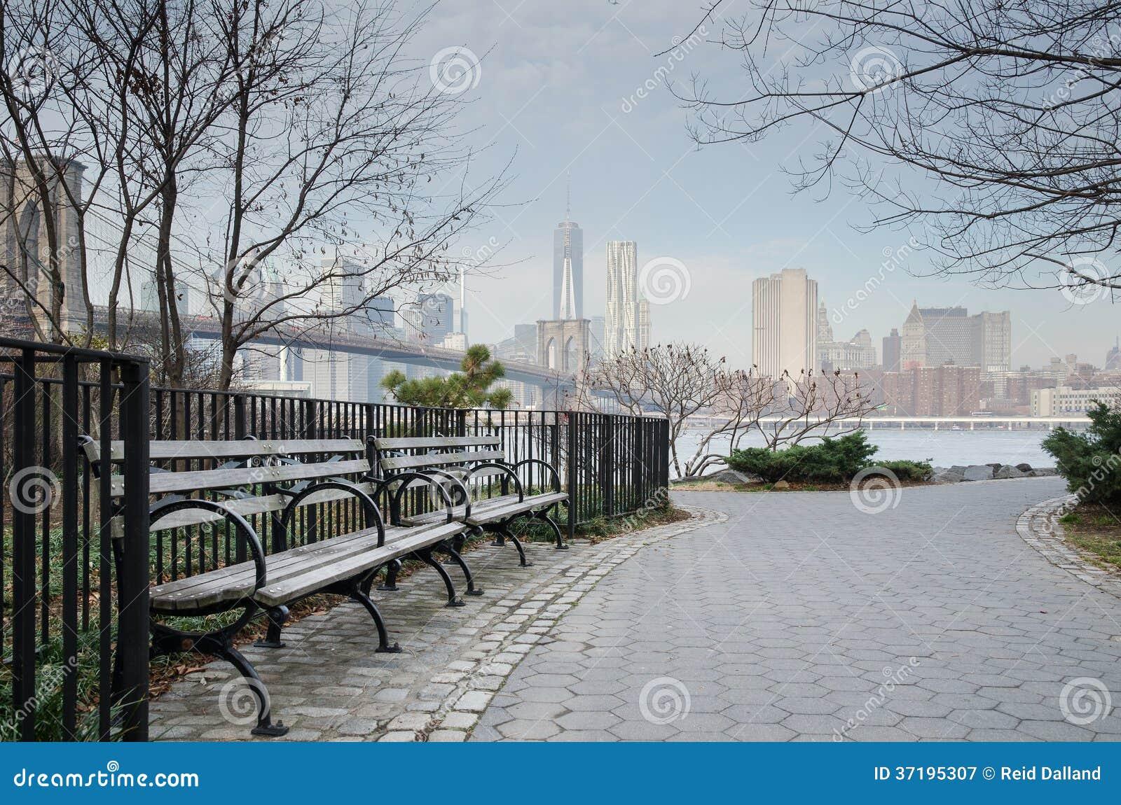Скамейка в парке и дорожка Бруклинского моста с Manhat