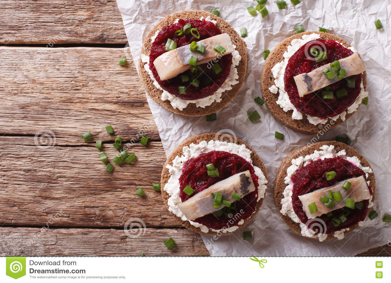 Скандинавский сандвич с плавленым сыром сельдей, бурака и H