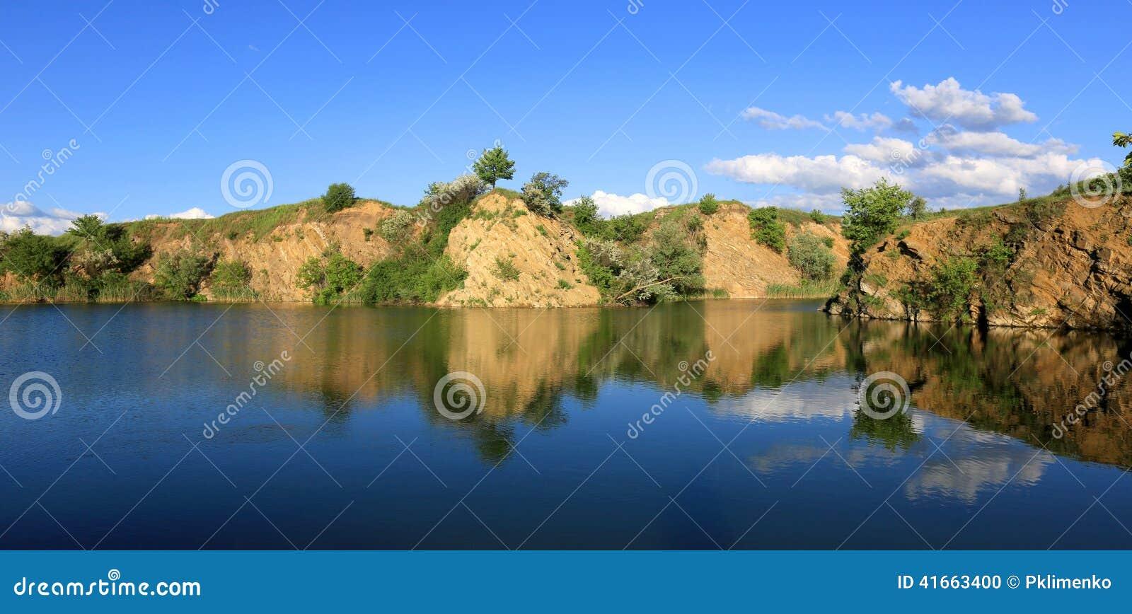 Скалистый берег на голубом озере