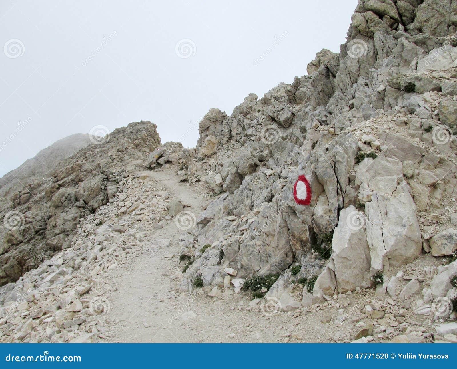 Скалистый путь в облаках в горной цепи Apennine