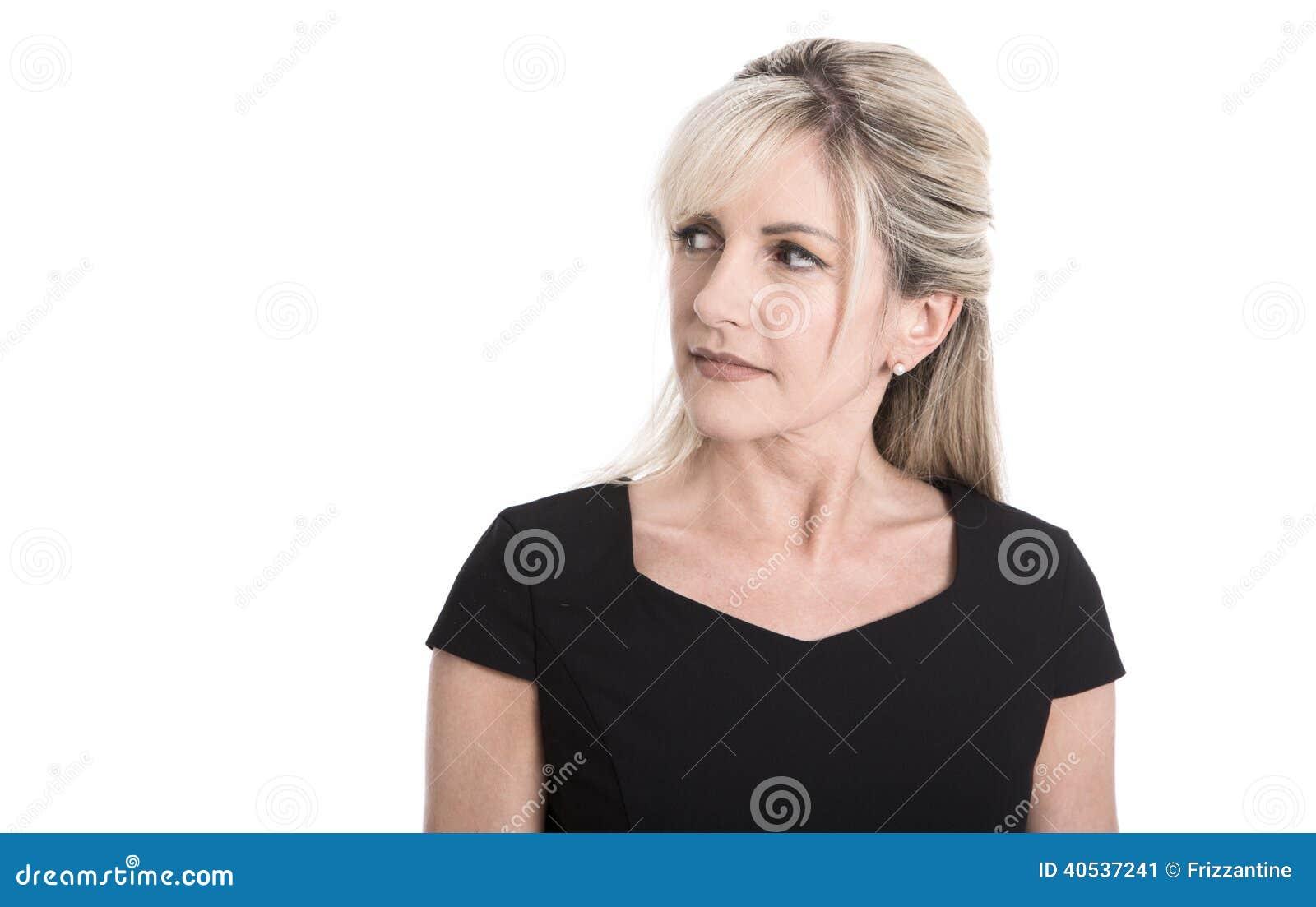 Скептичная сторона пожилой привлекательной белокурой коммерсантки