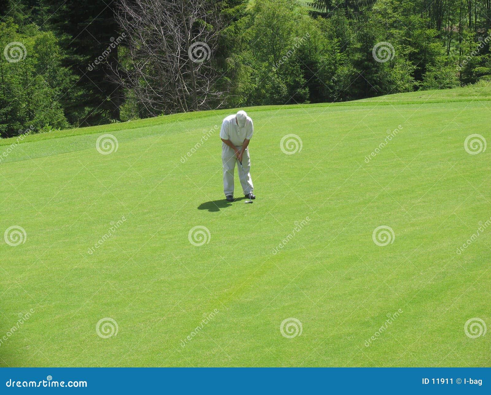 сконцентрированный игрок в гольф