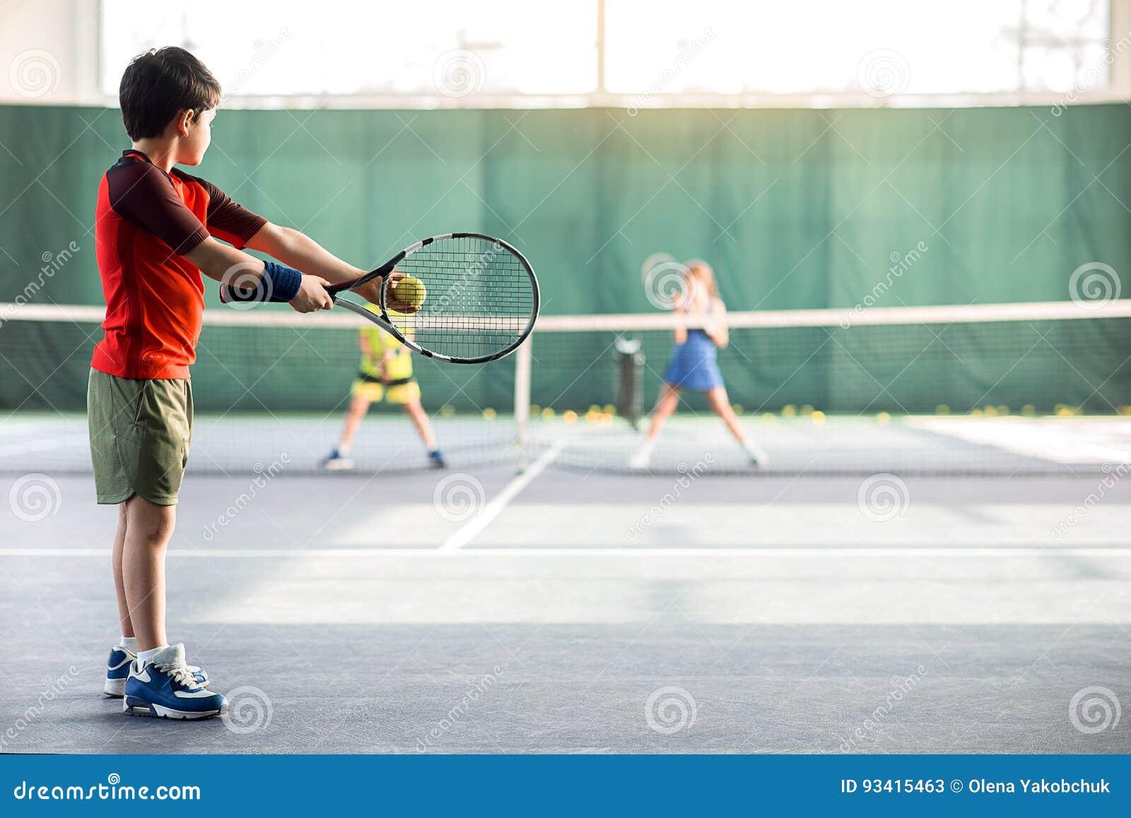 Сконцентрированный теннисный мяч засмолки мальчика
