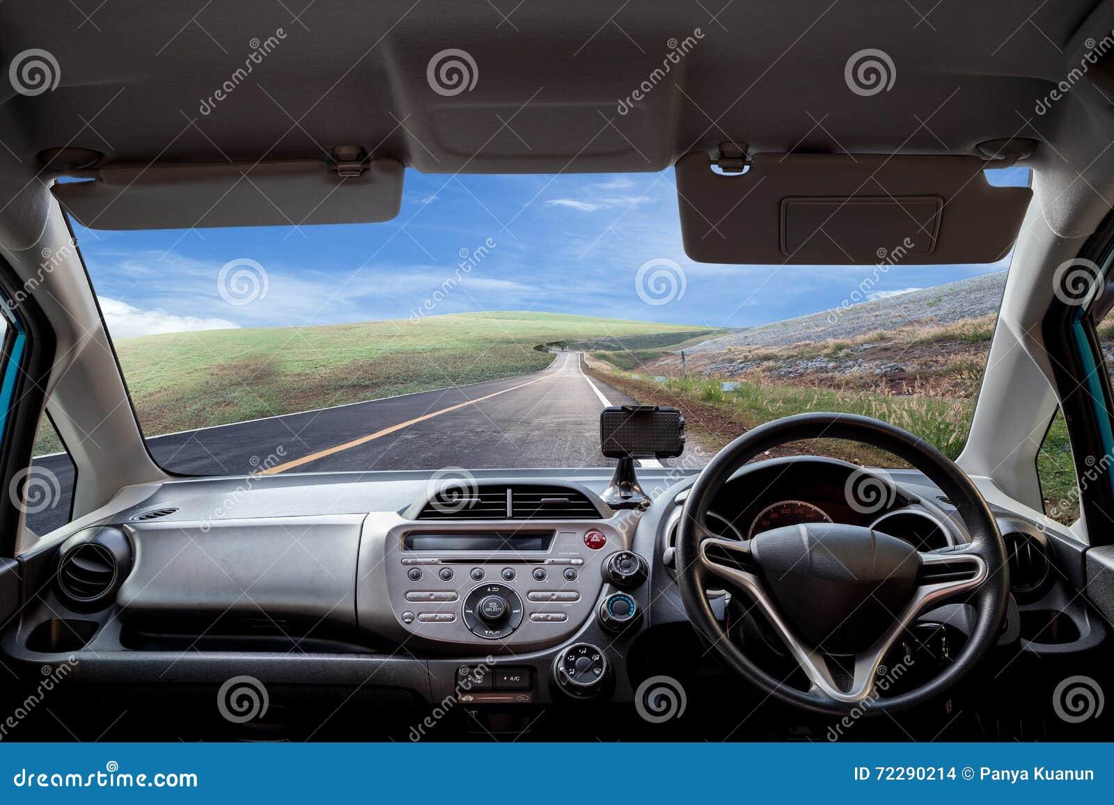 Download Скорости приборной панели автомобиля пока на дороге Стоковое Фото - изображение насчитывающей ландшафт, место: 72290214
