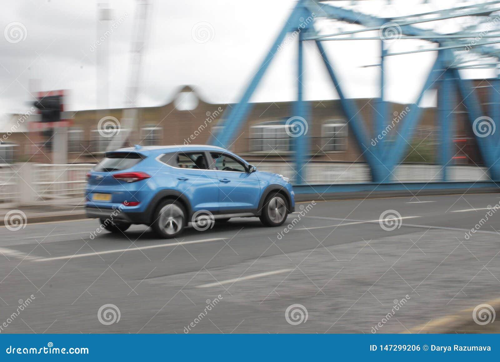Скорость скоростной дороги моста автомобиля голубая