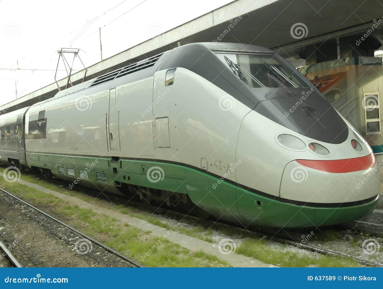Download скорость экипажей высокая локомотивная Стоковое Изображение - изображение насчитывающей путешествие, привод: 637589