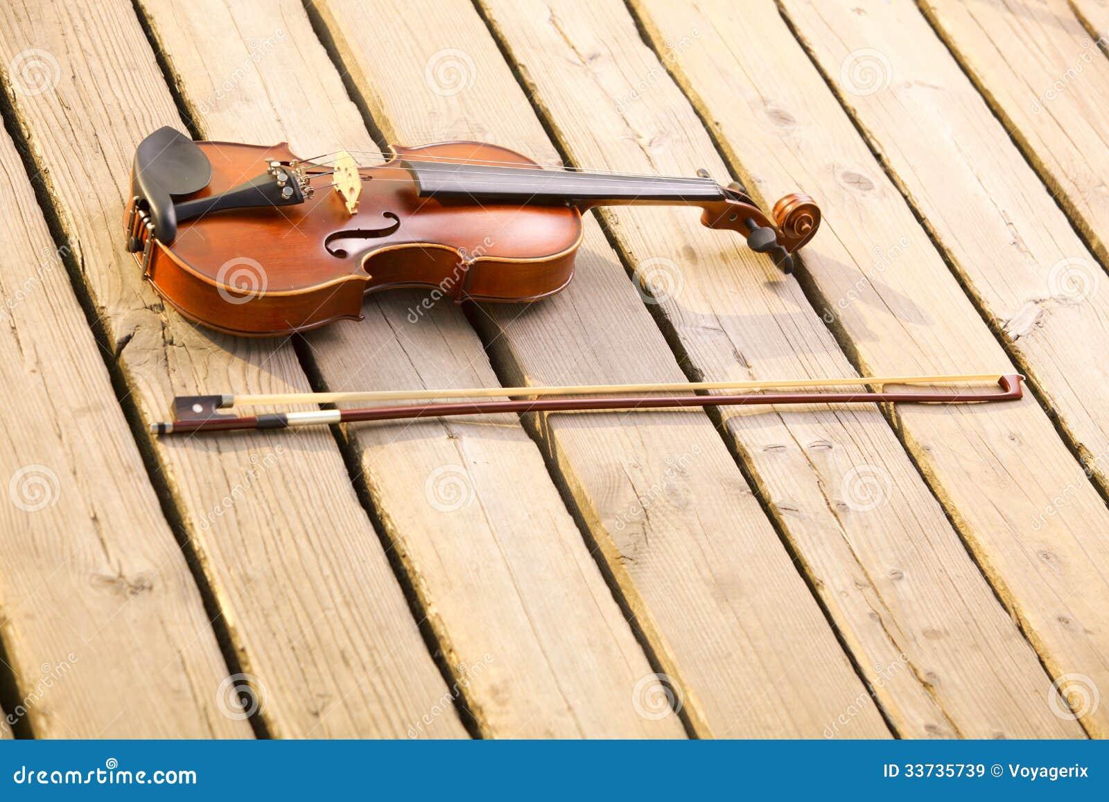 Скрипка на деревянной пристани. Концепция музыки