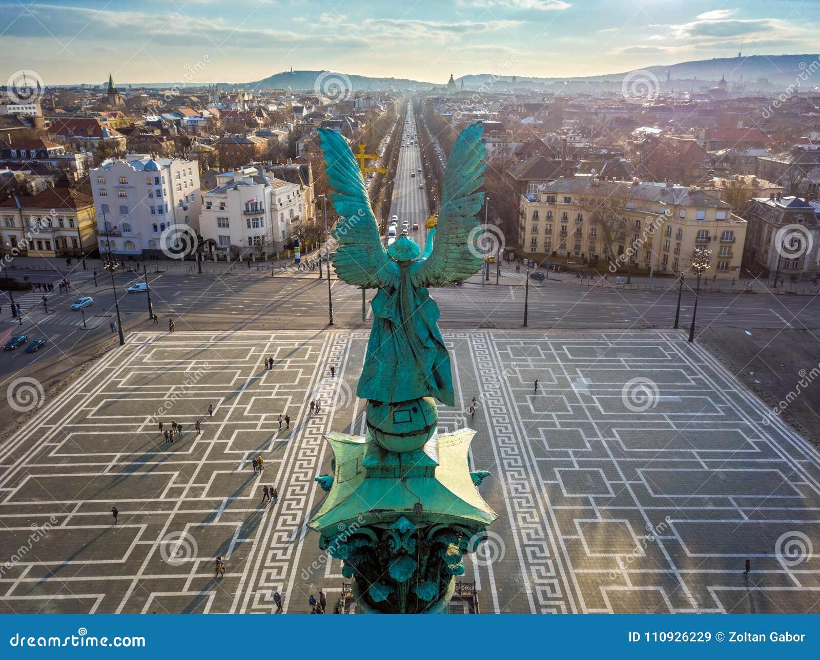 Скульптура Будапешта, Венгрии - Анджела от заднего на верхней части квадрата ` героев на заходе солнца