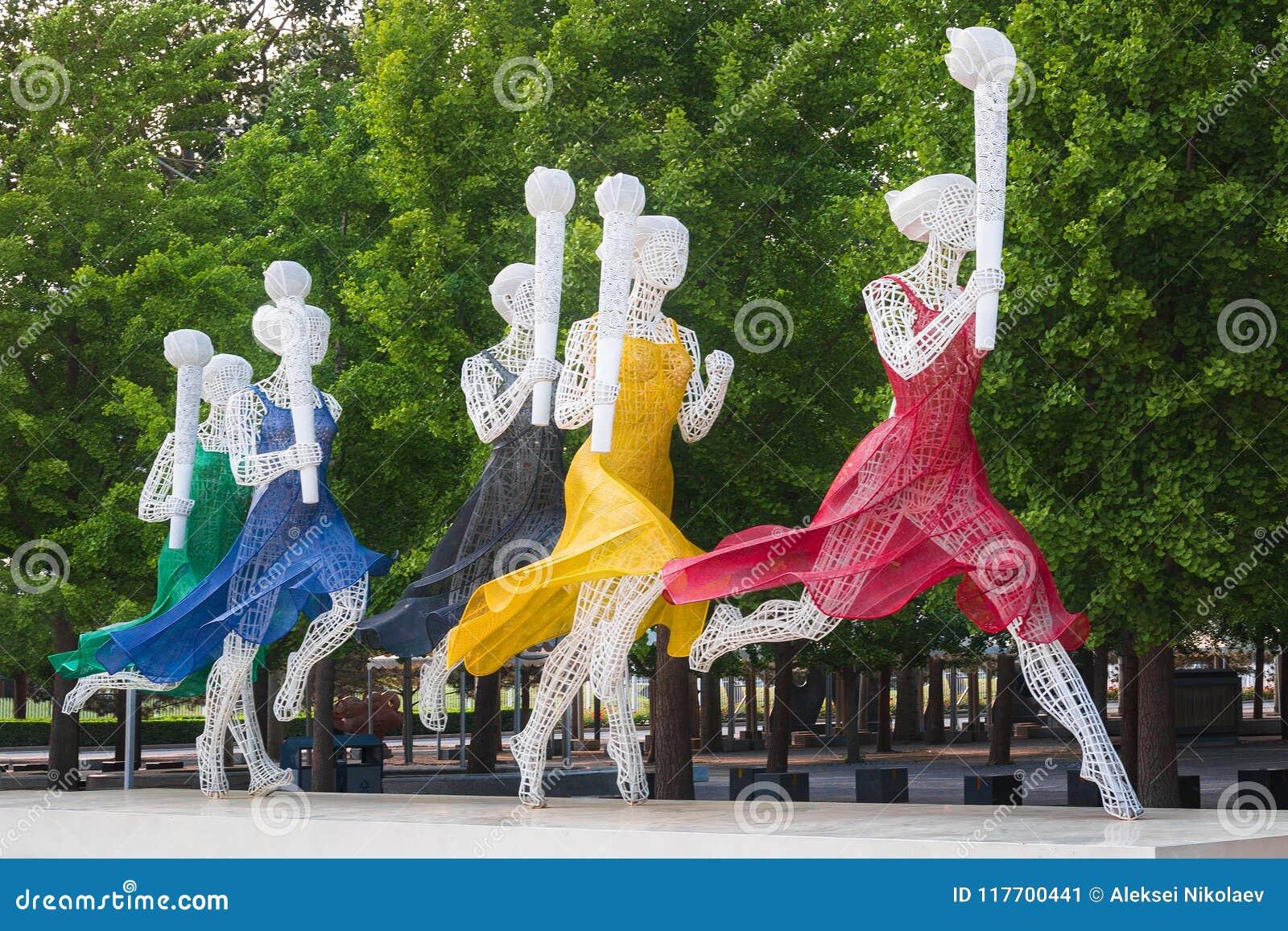 Скульптура идущих женщин с олимпийскими факелами
