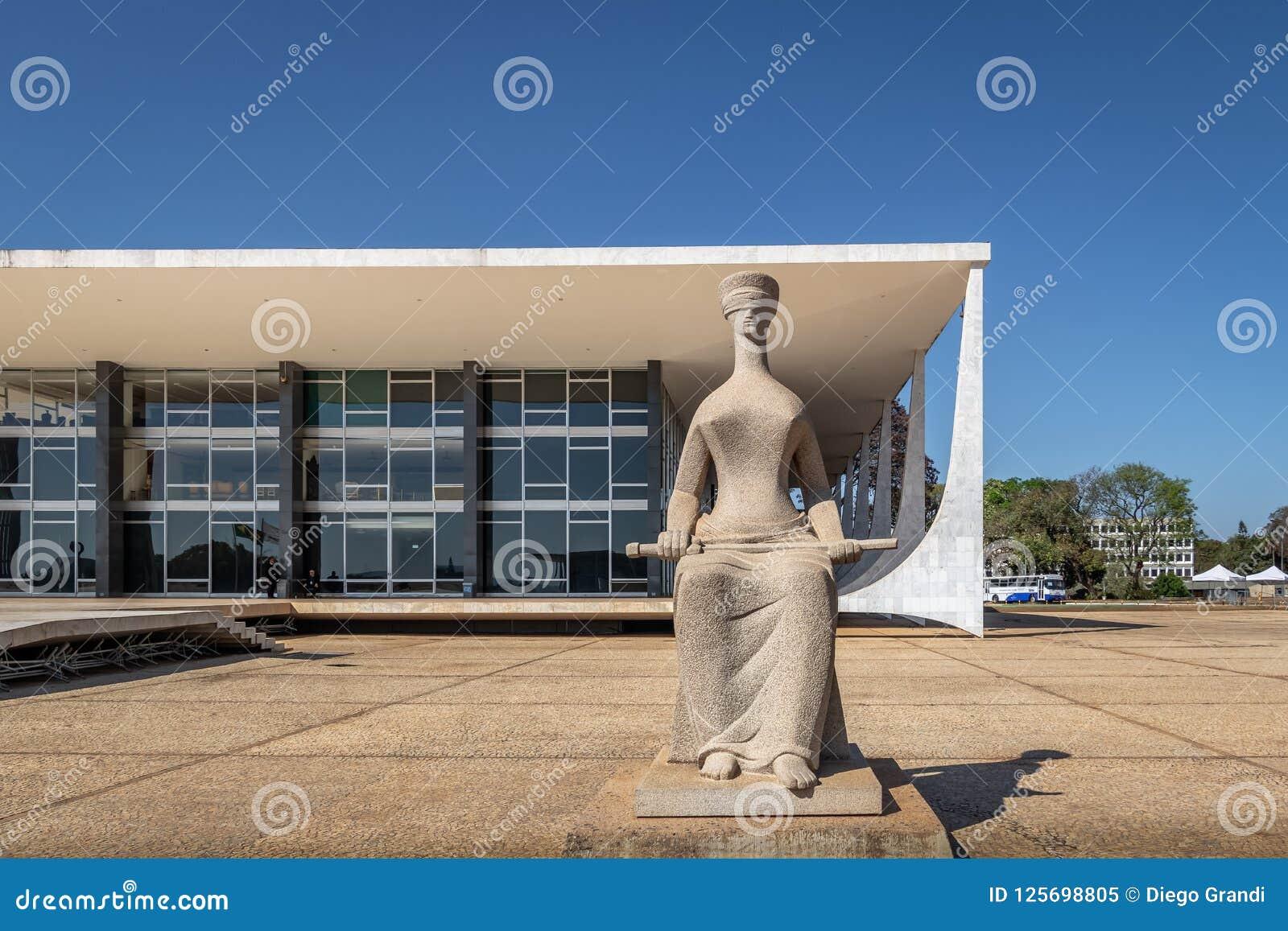 Скульптура правосудия перед Верховным Судом Бразилии - трибуналом Supremo федеральным - STF - Brasilia, Distrito федеральное, Бра