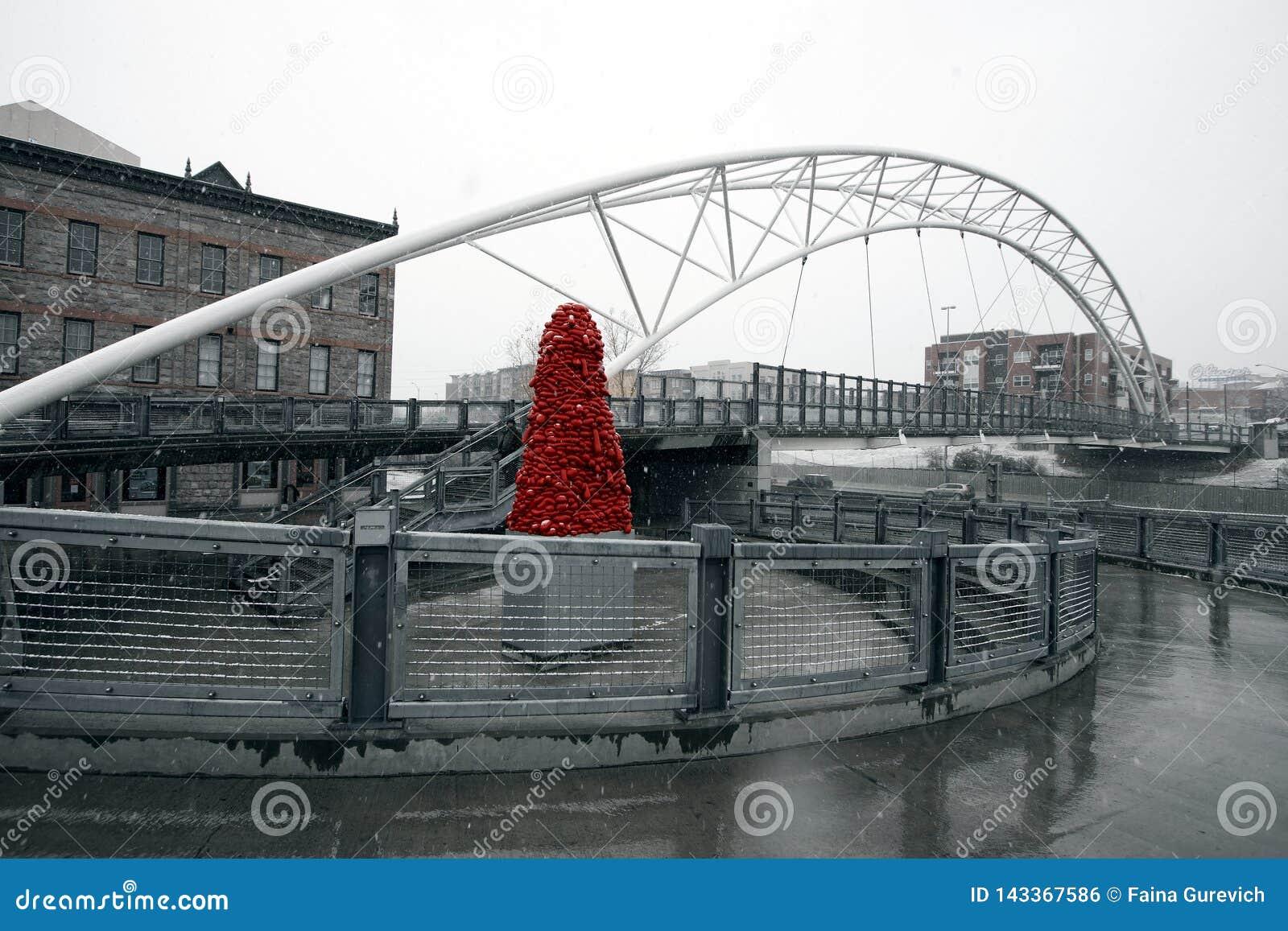 """Скульптура """"национальный бархат """"John McEnroe под мостом гористой местности"""