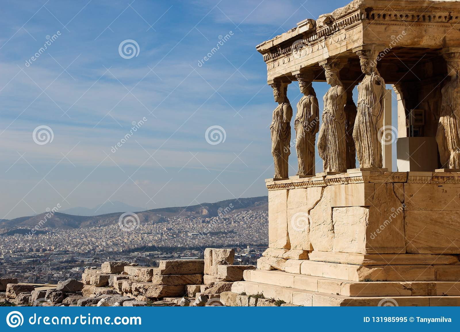 Скульптуры женщин в акрополе виска сложном в Афина