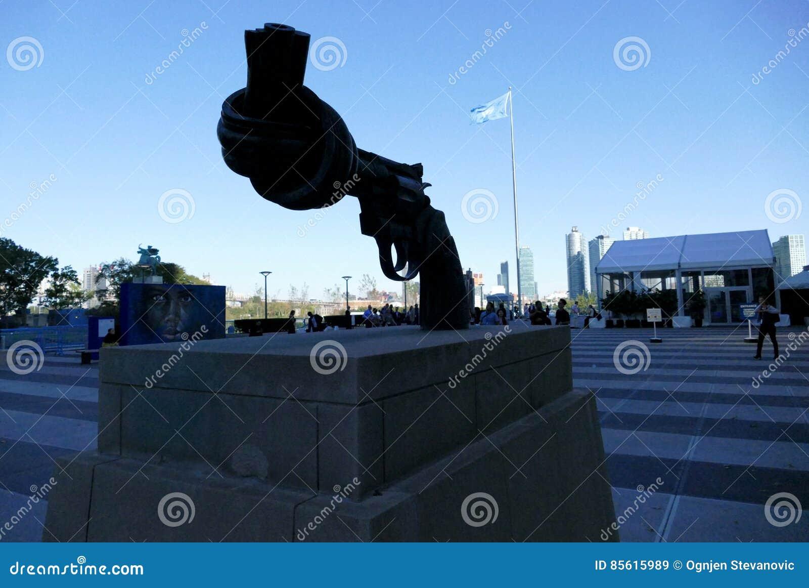 Скульптура ненасилия на штабах Организации Объединенных Наций в Нью-Йорке