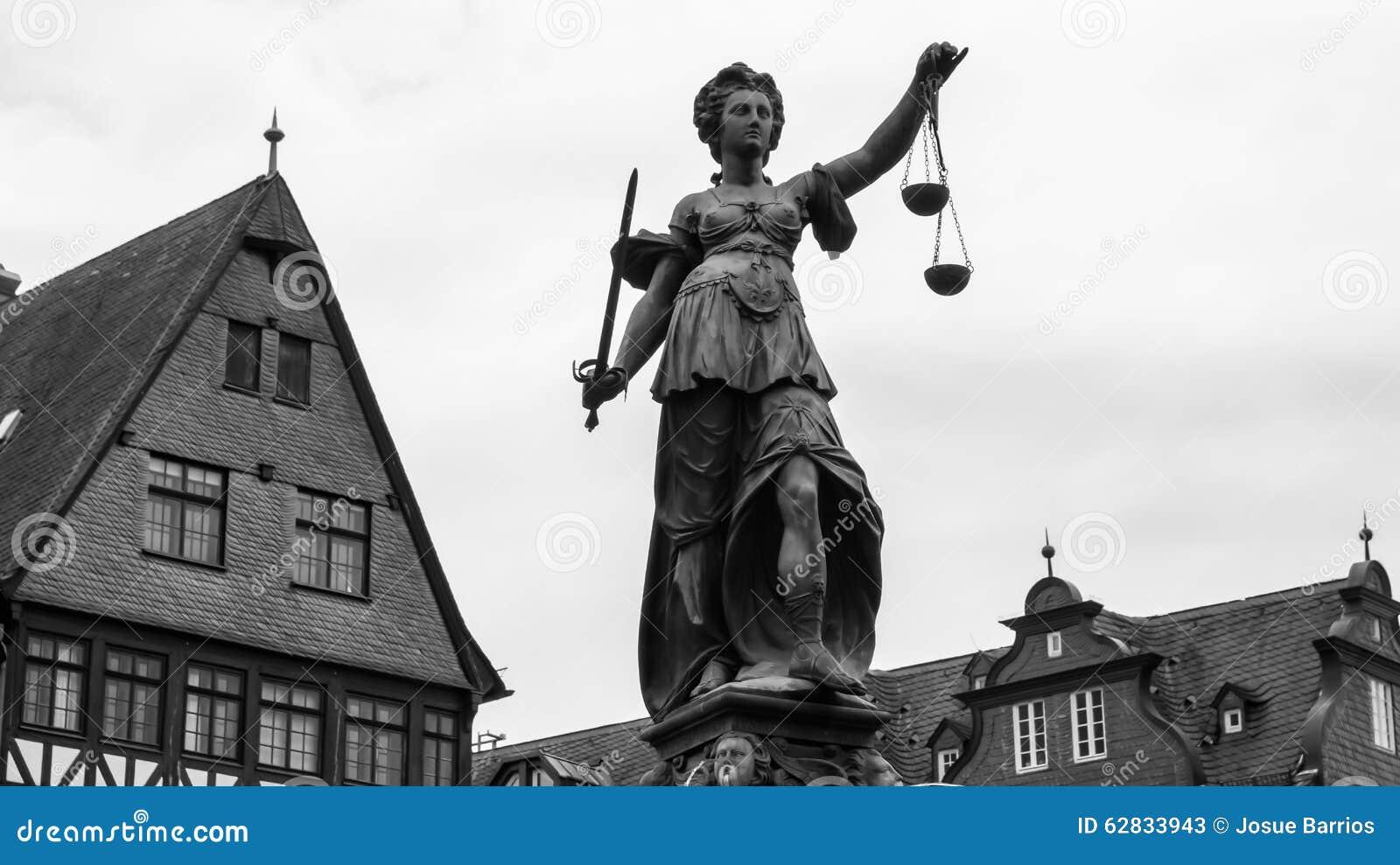 Скульптура правосудия в Франкфурте
