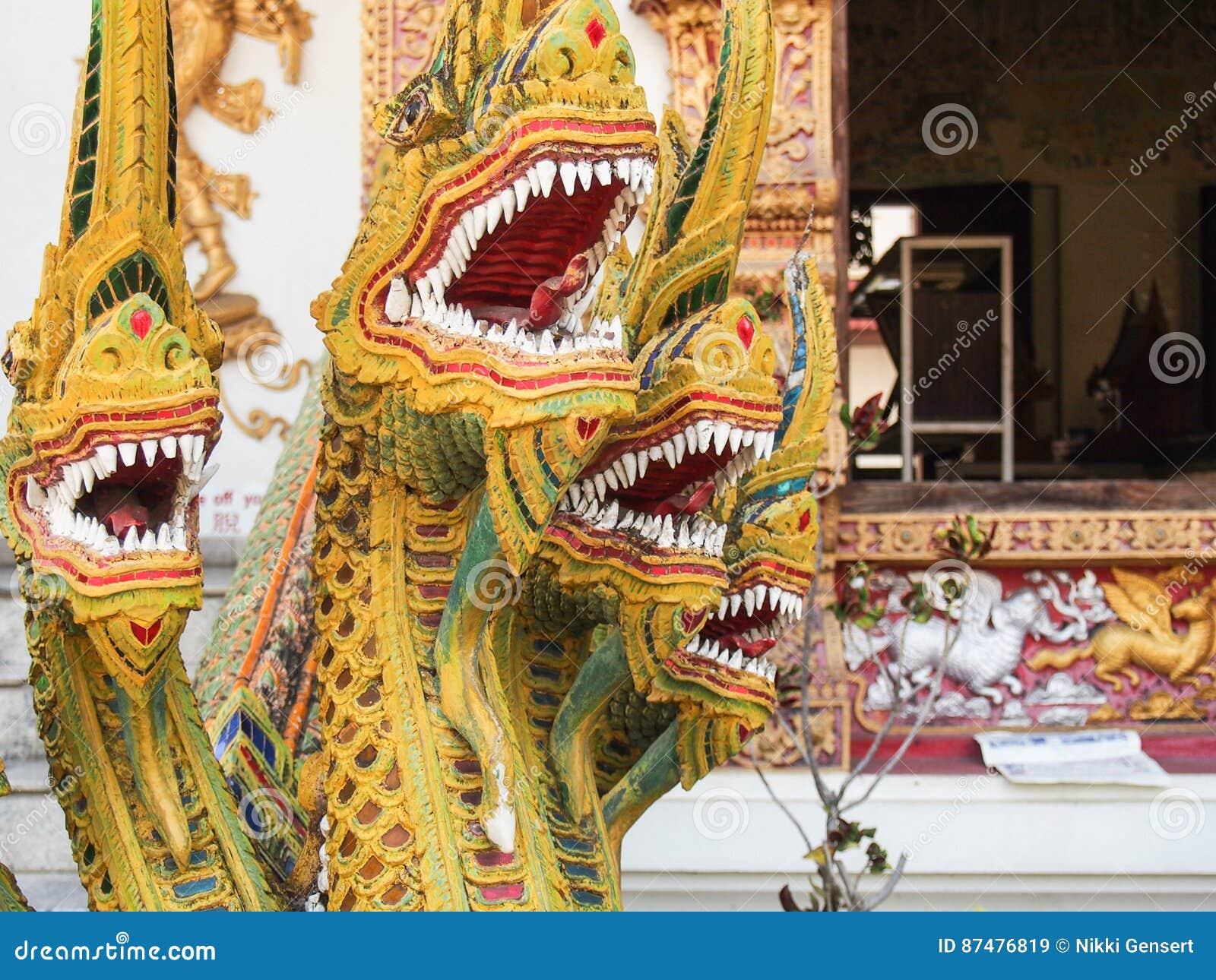 Скульптура дракона на виске в Чиангмае Таиланде