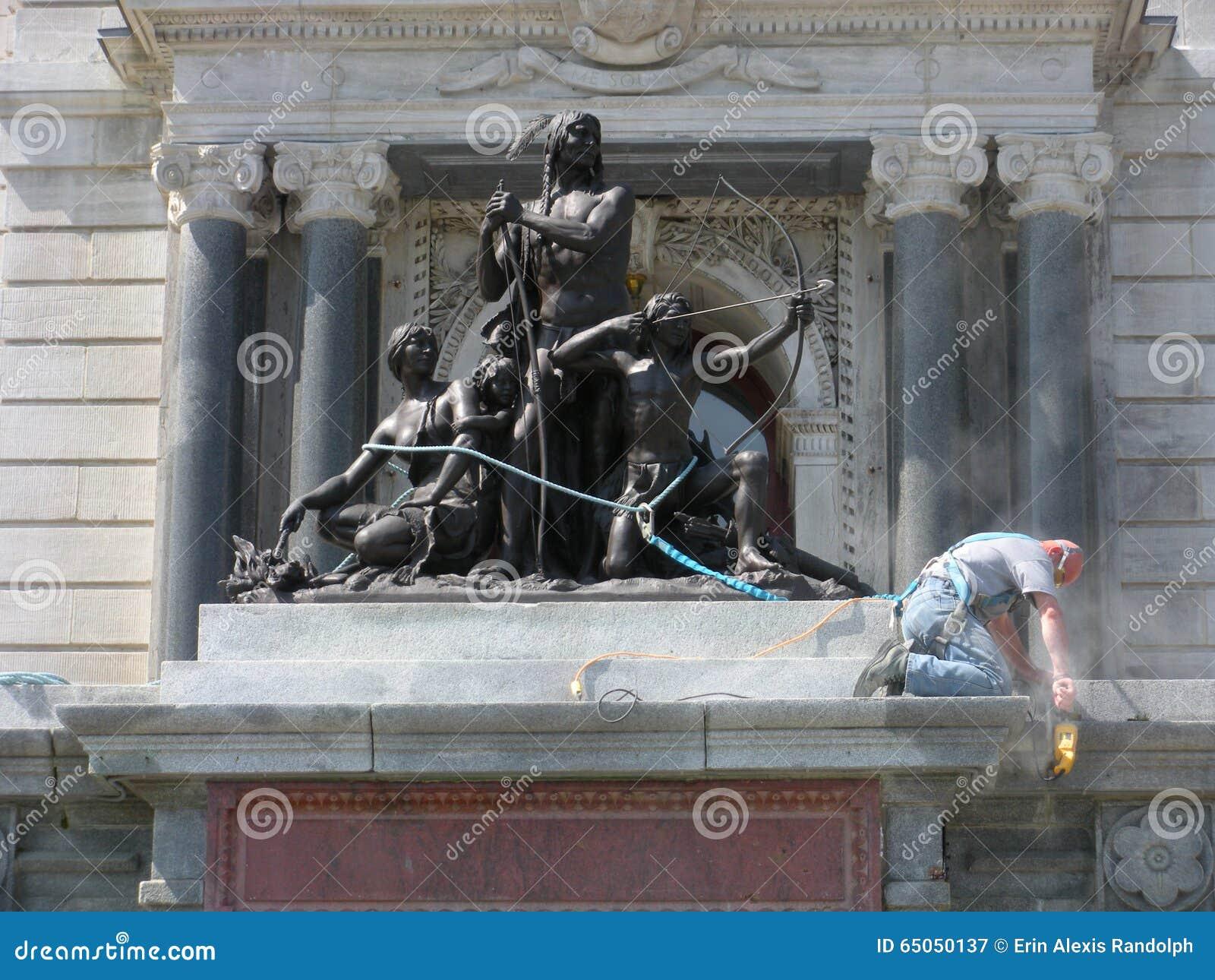 Скульптура семьи Amerindian (forêt), здание Ла dans Halte Ла парламента, Квебек (город), Канада