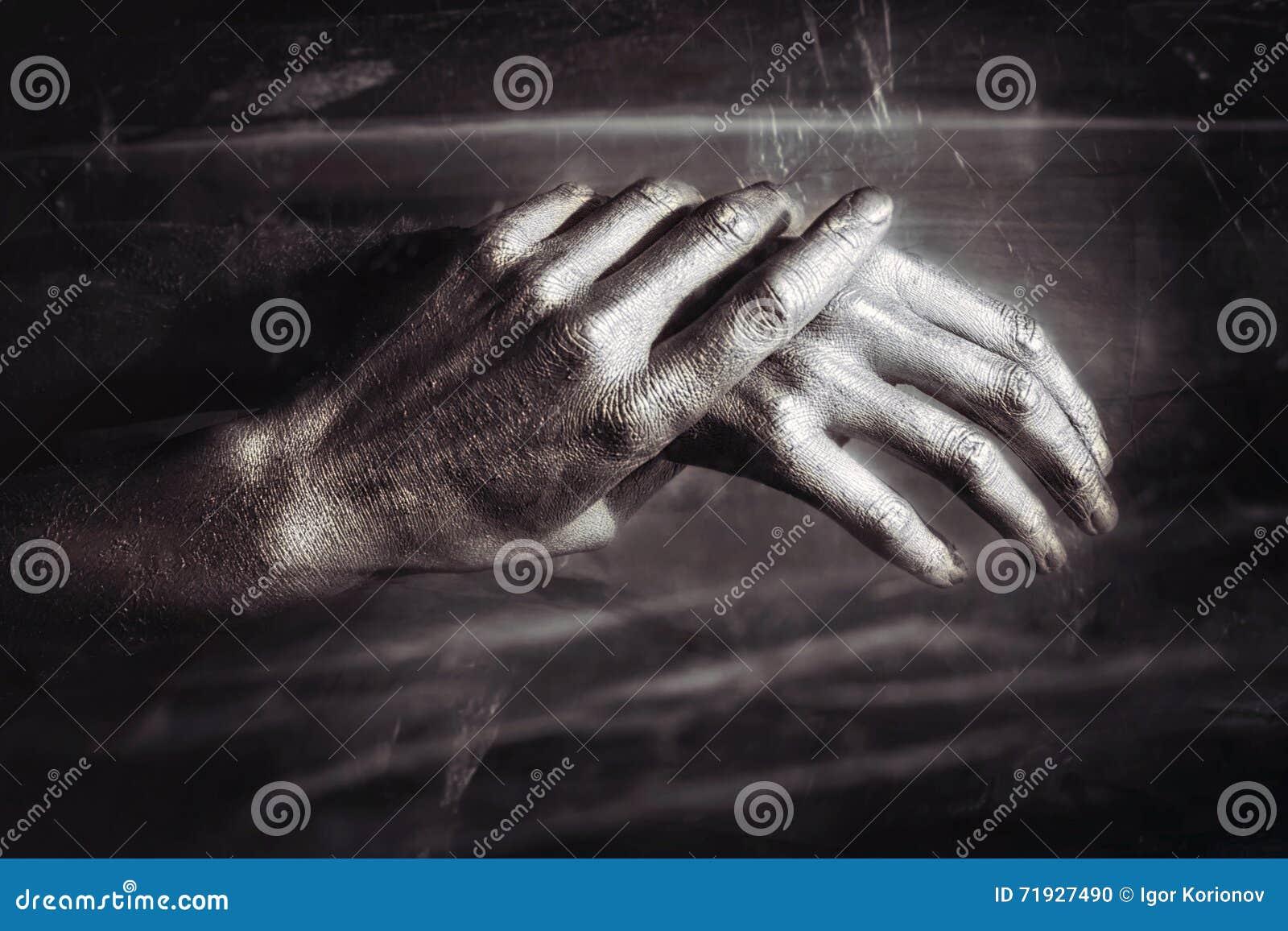 Скульптурные руки мужчины металла