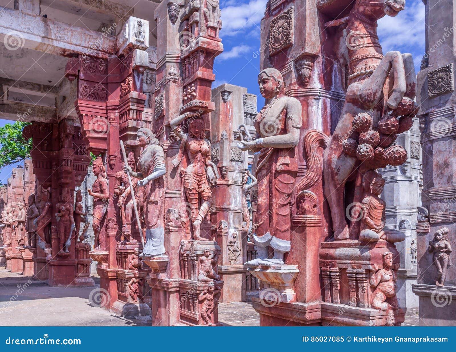 Скульптуры лошади поднимая, женщины держа попугая, танцуя женщин, человека играя барабанчик, женщины играя veena, Ченнаи, 2-ое ян