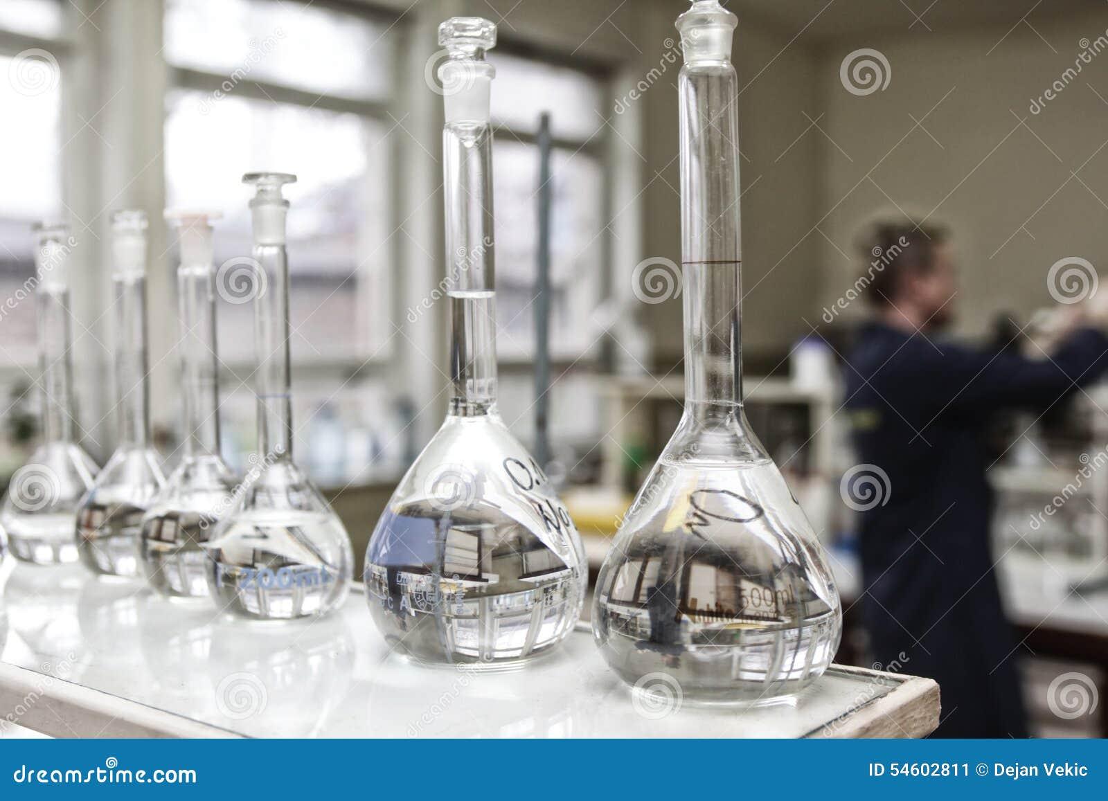 Склянки в лаборатории