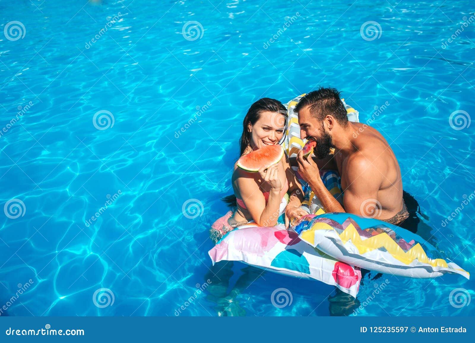 Славное изображение пар полагаясь к тюфяку воздуха и есть арбуз Они смотрят один другого Пара полагается для того чтобы проветрит