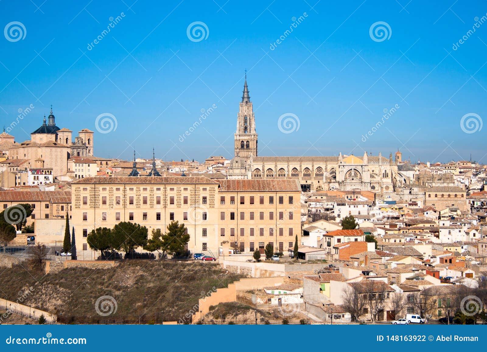 Славный ландшафт города Toledo на солнечный день со славным голубым небом