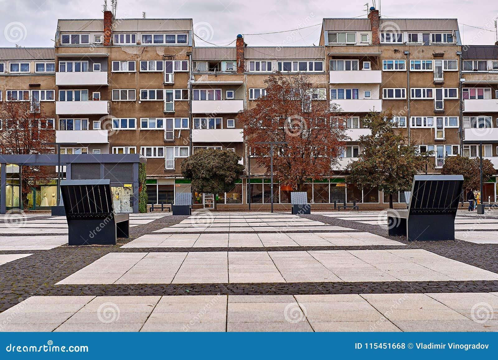 Славный современный взгляд квадрата Nowy Targ в городке Wroclaw старом Wroclaw самый большой город в западной Польше