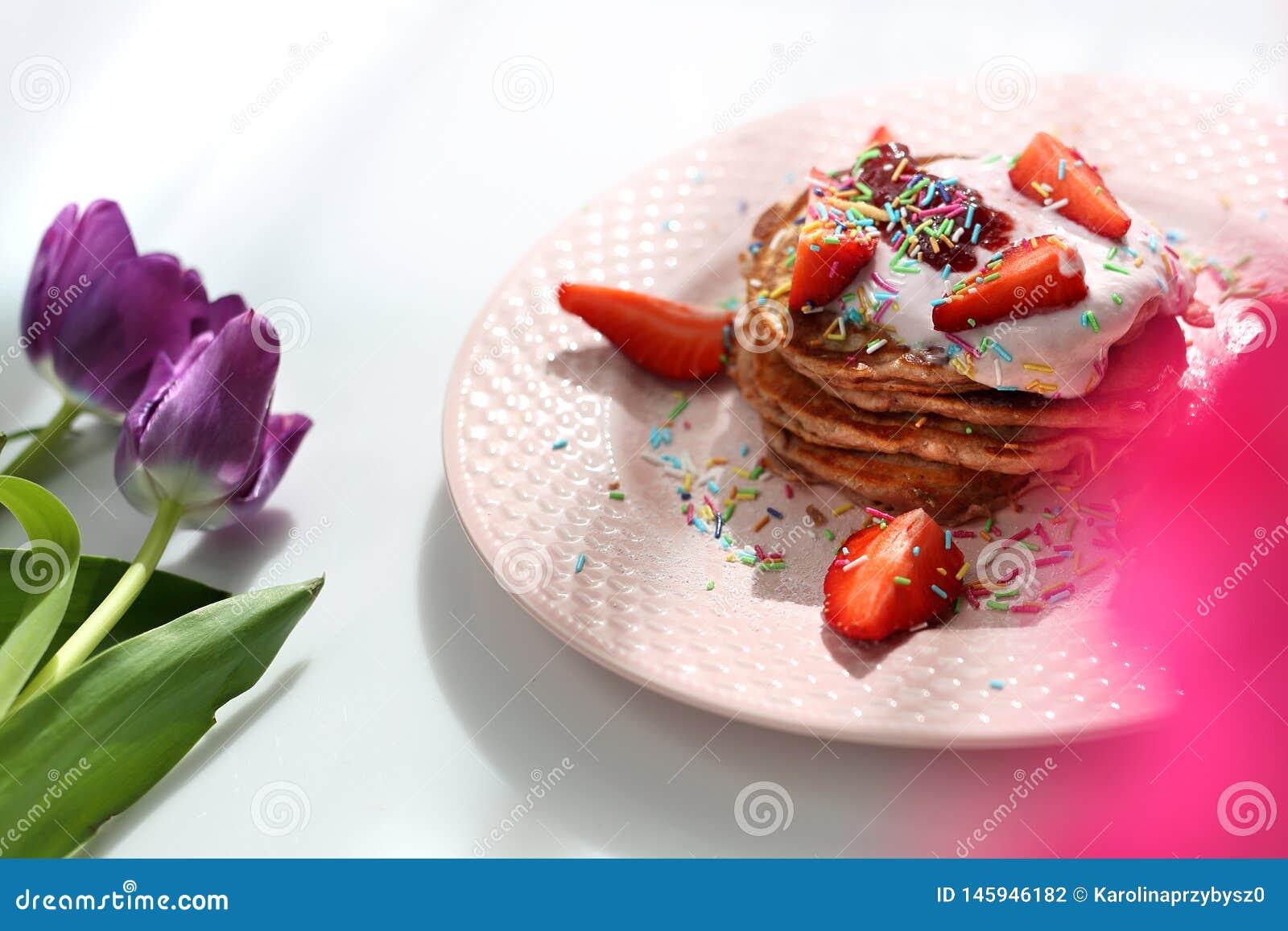 Сладкие блинчики с клубниками, творогом и красочным сахаром брызгают