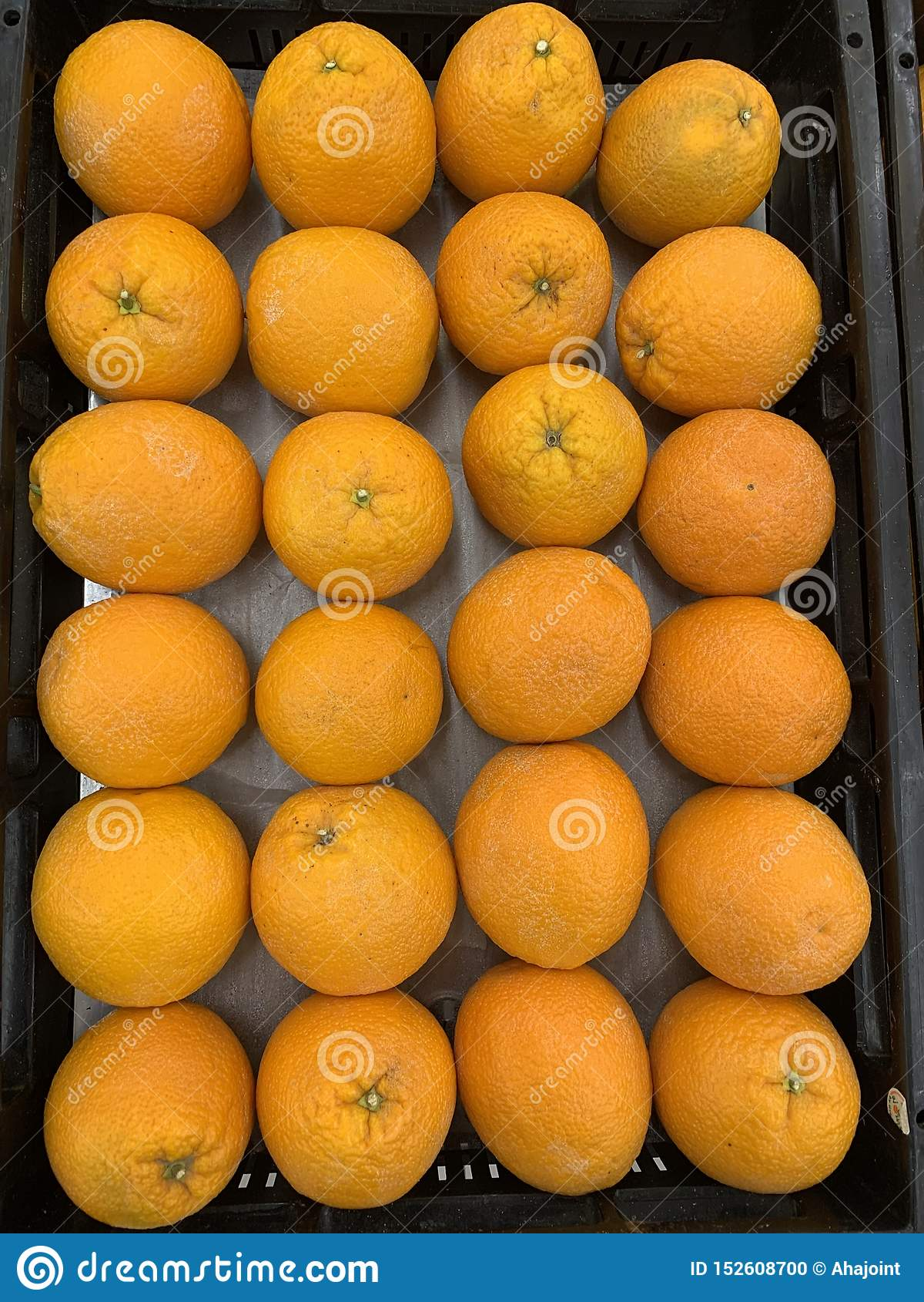 Сладкие зрелые плоды апельсинов на конце рынка вверх