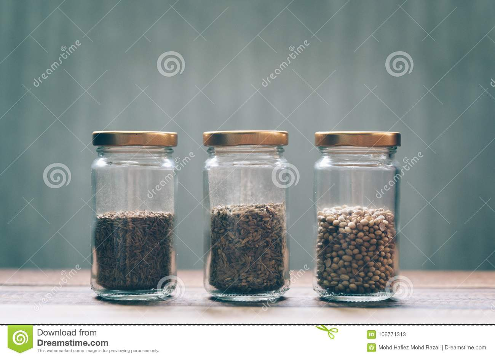 Сладостный тимон, белый тимон и семя кориандра в стеклянном опарнике