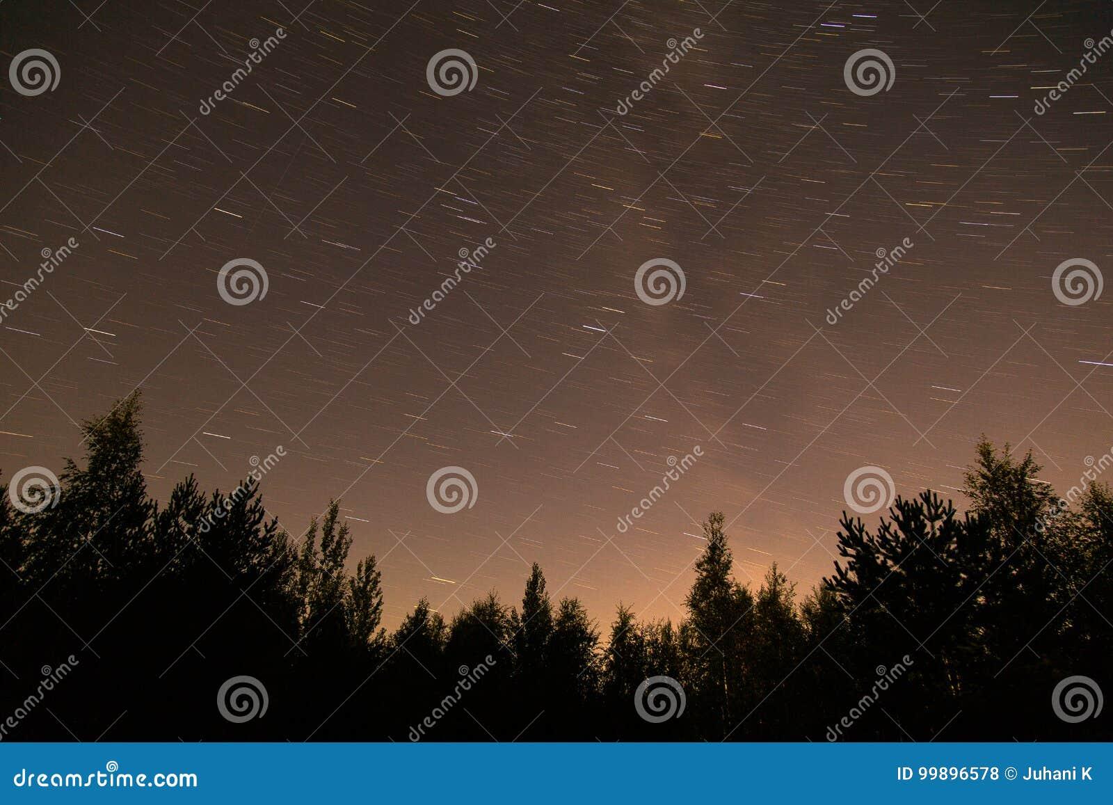 Следы ночного неба и звезды в Финляндии