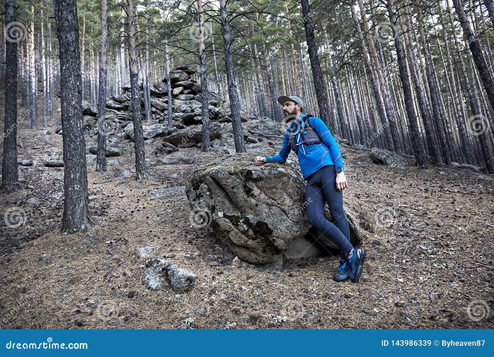 След бежать в лесе