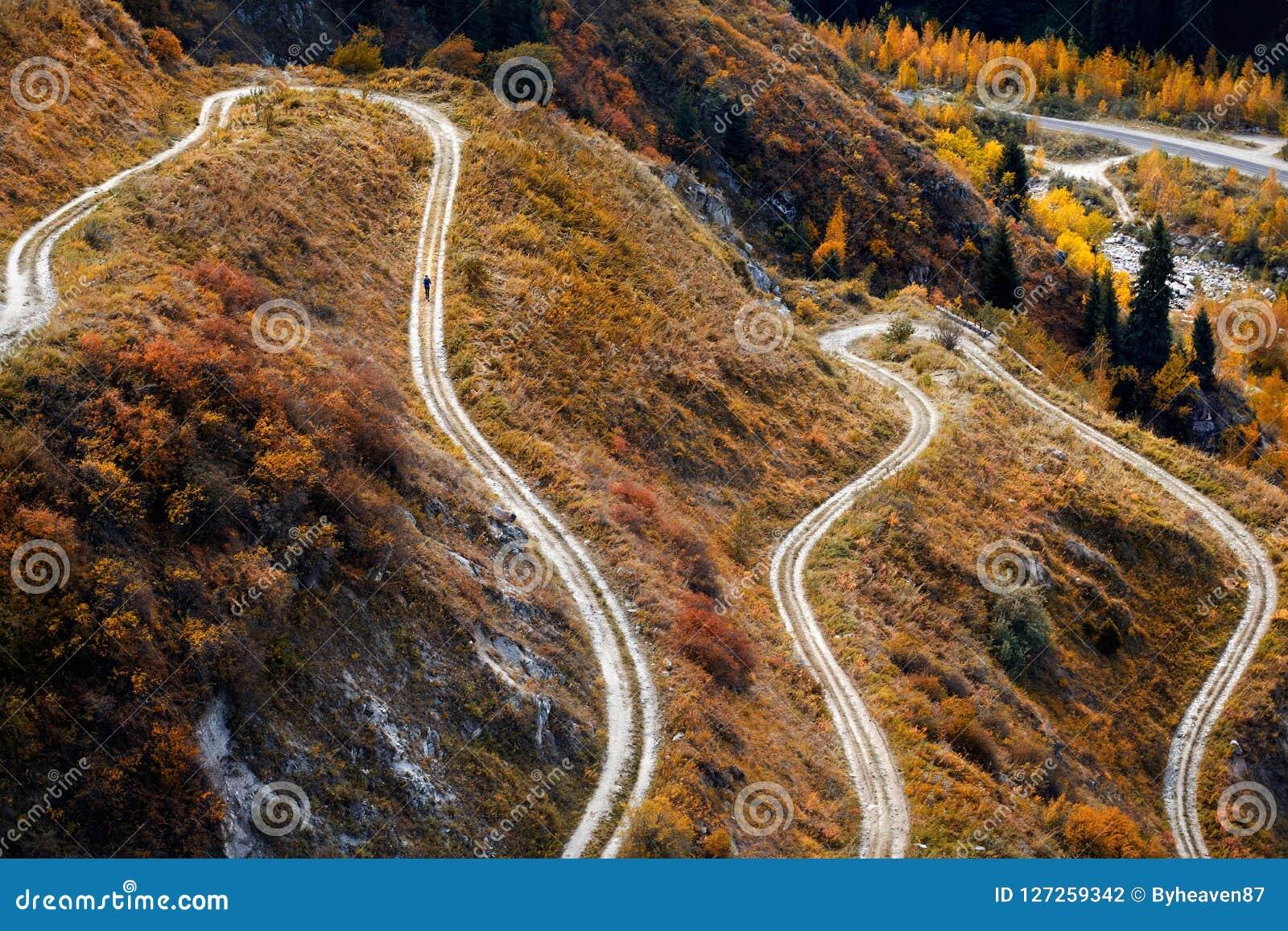 След бежать на дороге горы