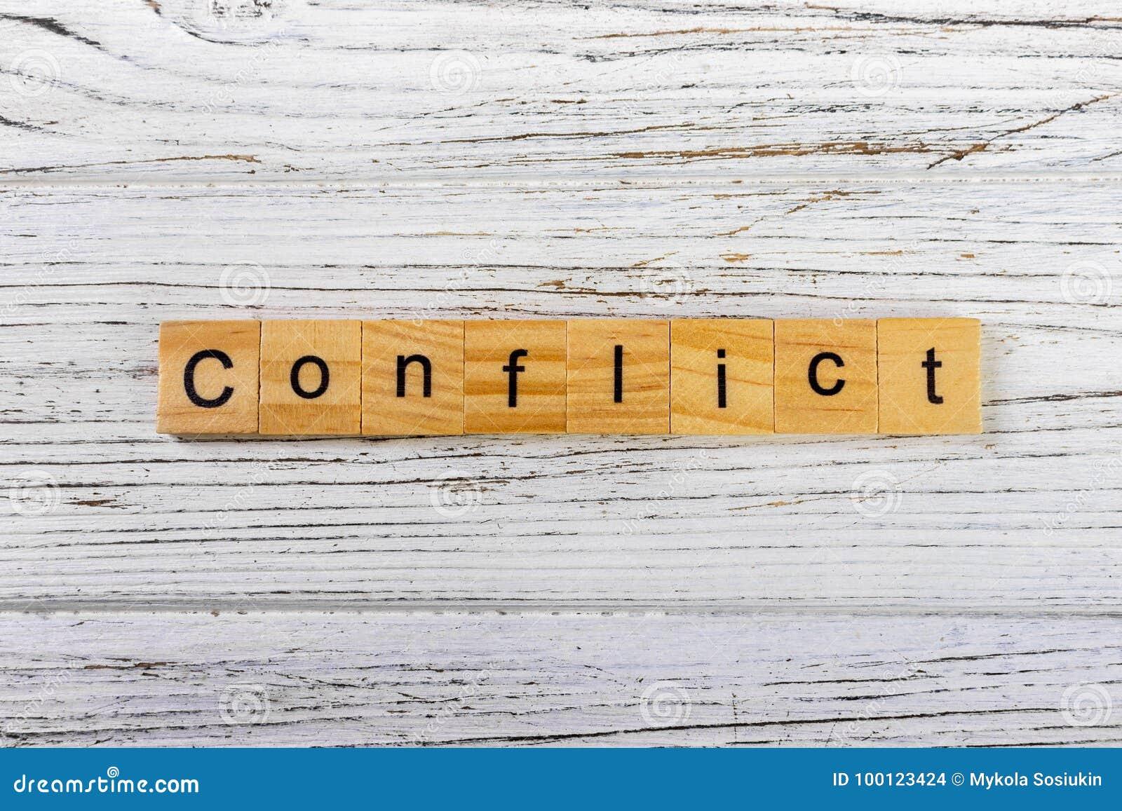 Слово КОНФЛИКТА сделанное с деревянной концепцией блоков