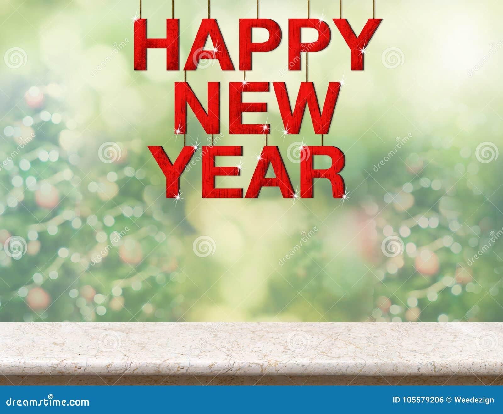 Слово красного счастливого Нового Года деревянное вися над мраморной столешницей с