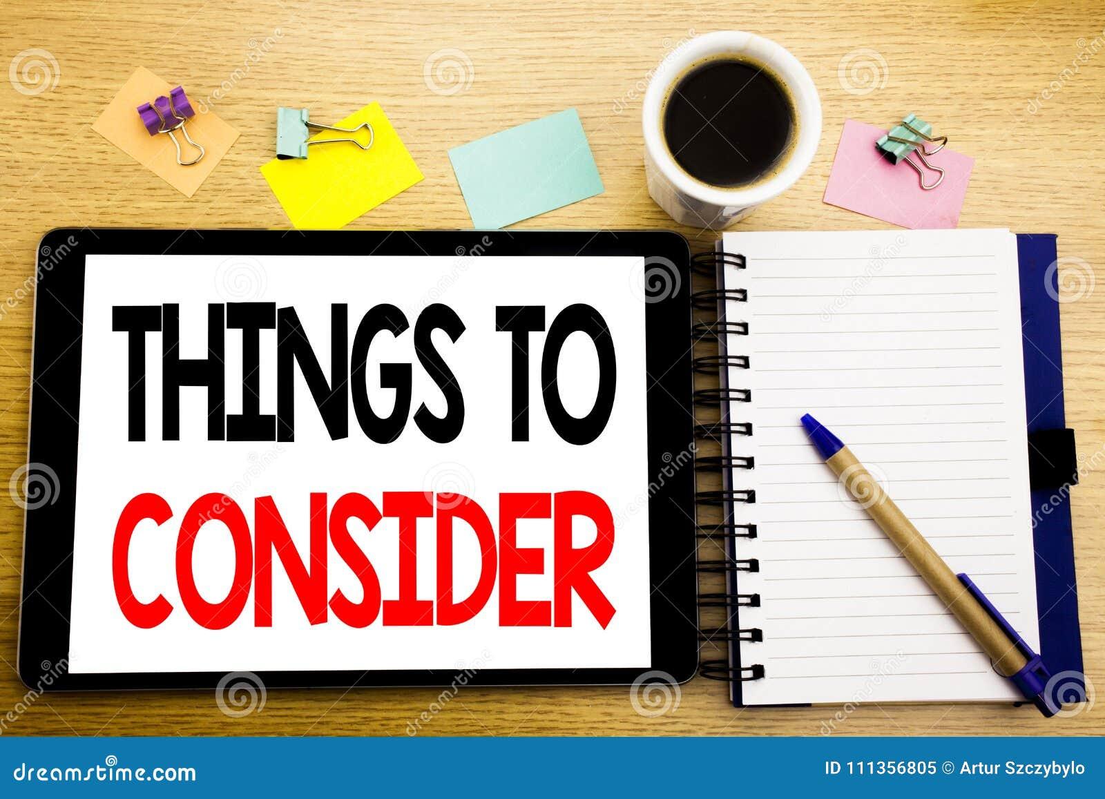 Слово, писать вещи для рассмотрения Концепция дела для знания дела написанного на компьтер-книжке таблетки, деревянной предпосылк