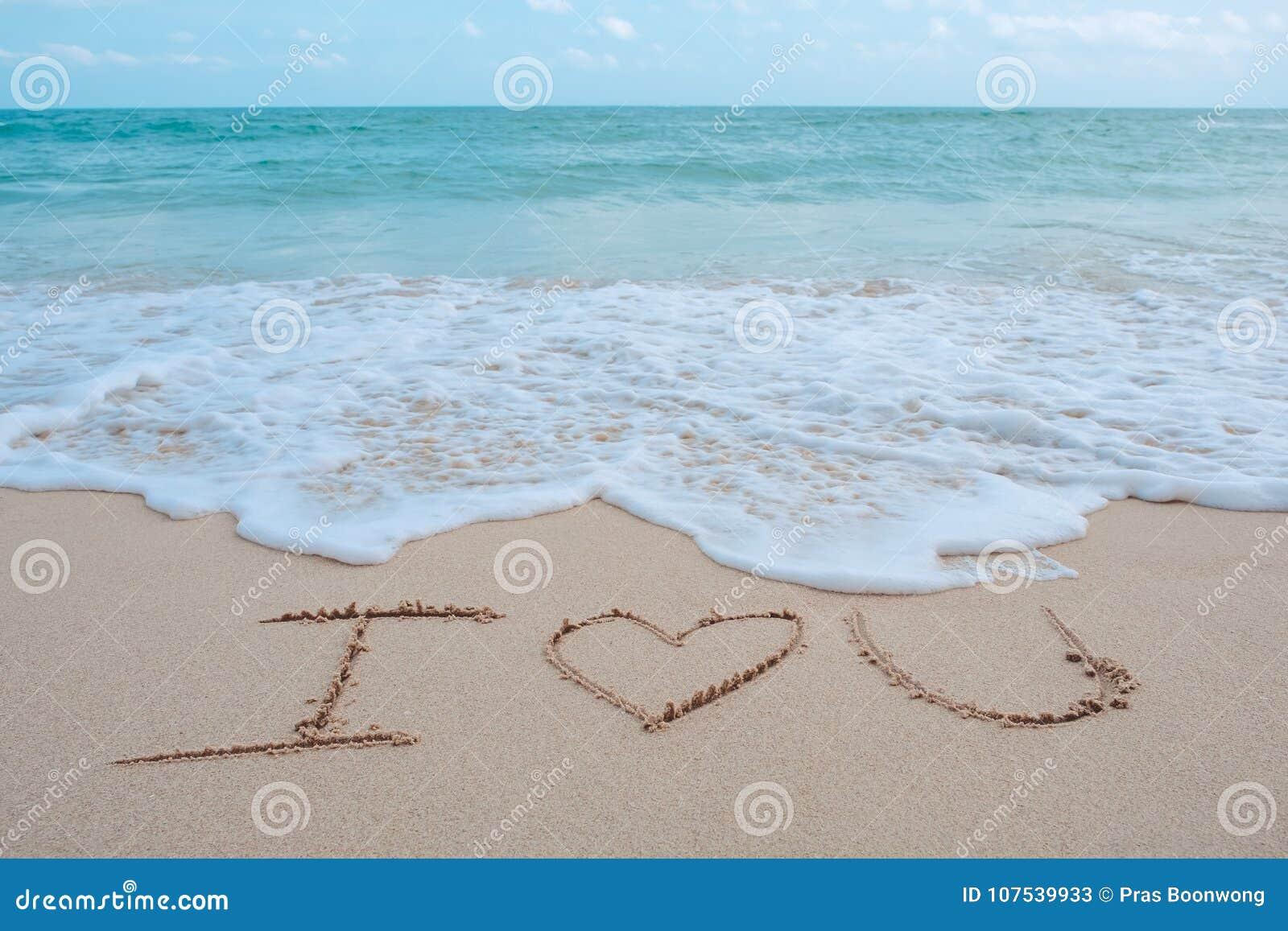 Слово сочинительства руки я тебя люблю на пляже морем с волнами белизны и голубым небом
