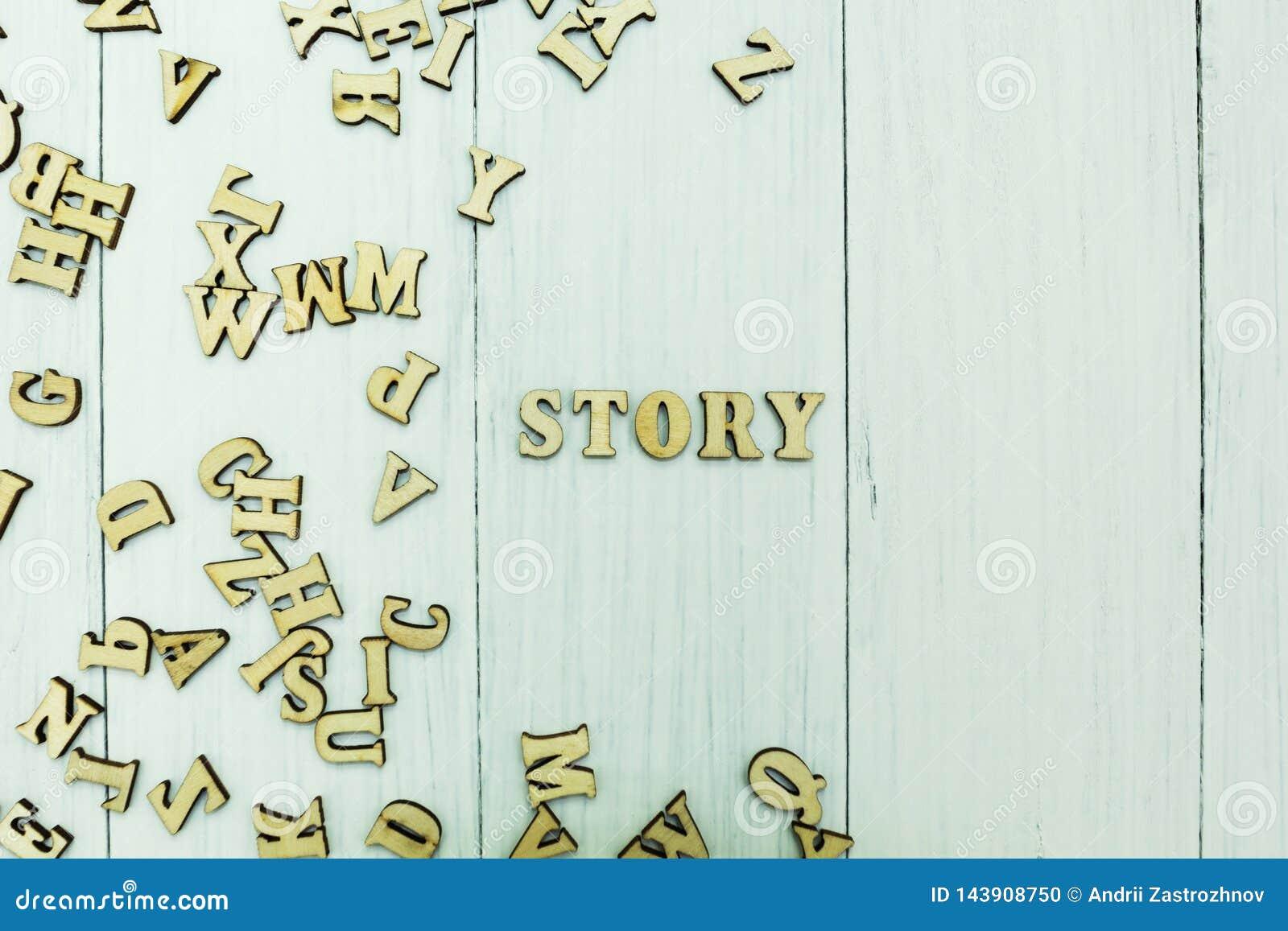 """Слово """"рассказ """"на белой предпосылке, разбросанных деревянных письмах"""
