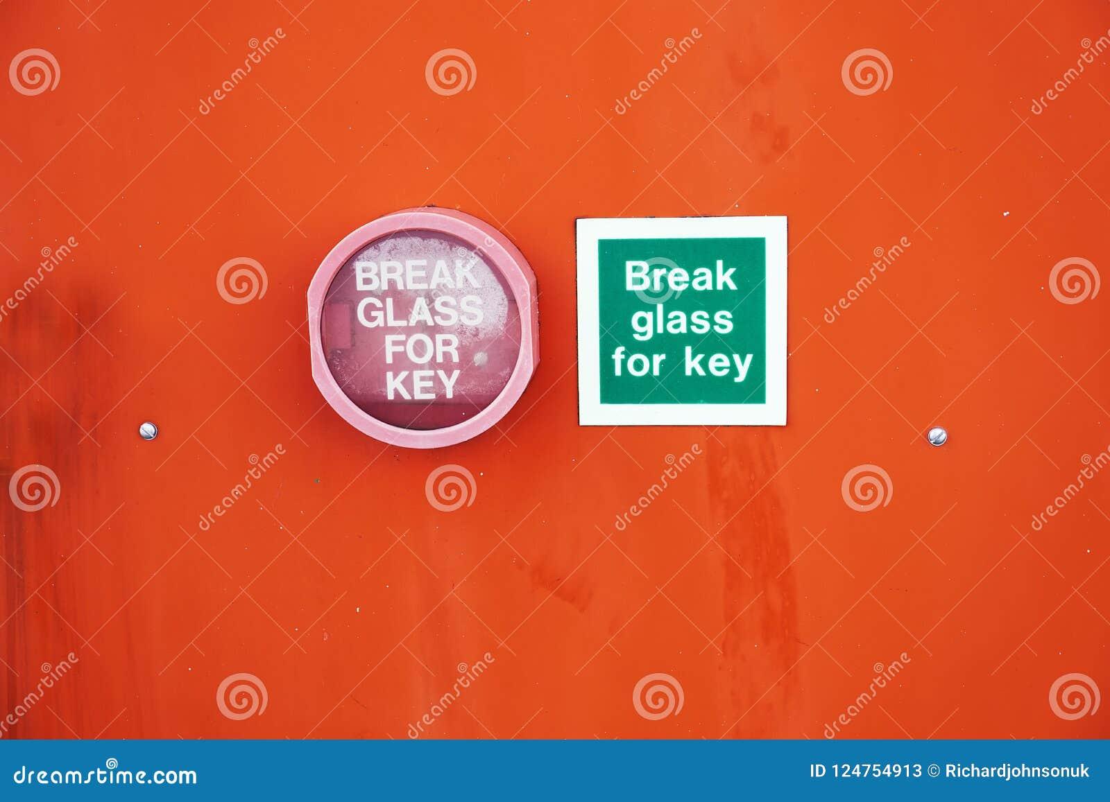 Сломайте стекло для ключевого знака и контейнер зафиксированный к оранжевой стене предпосылки для аварийной ситуации