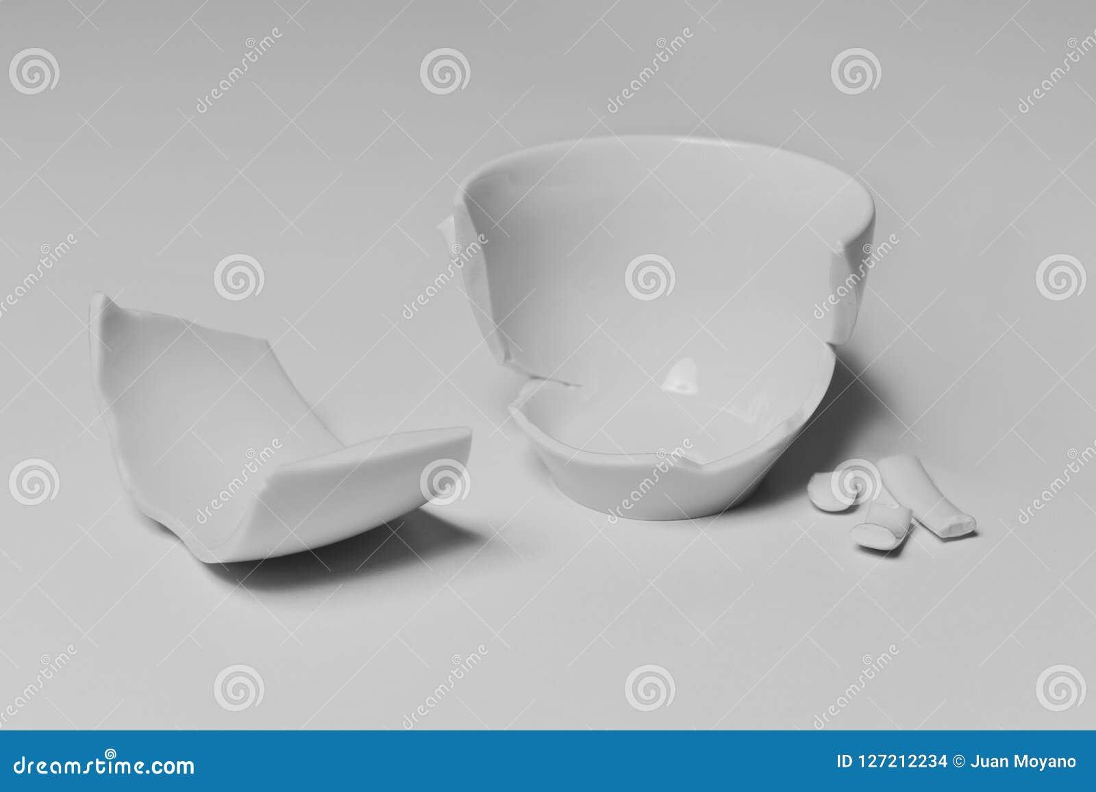 Сломленная белая керамическая кофейная чашка