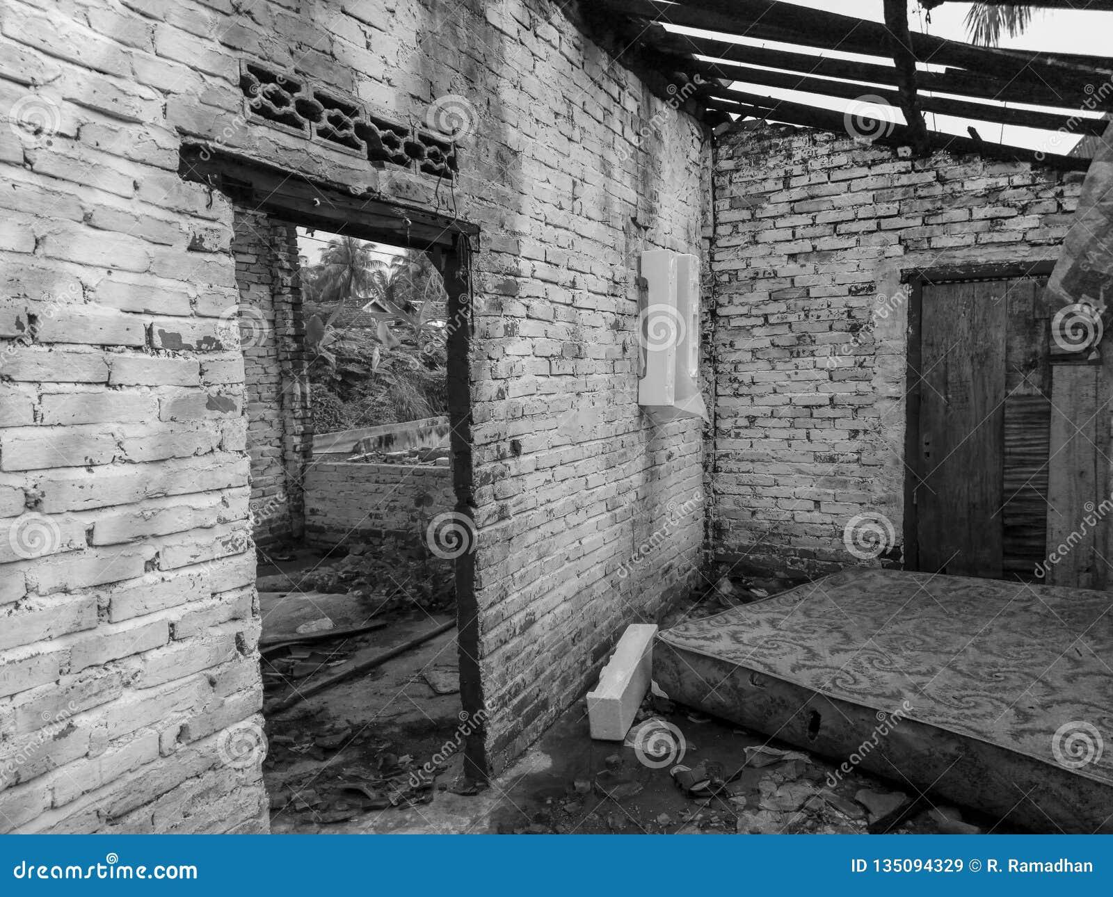 Сломленная дверь