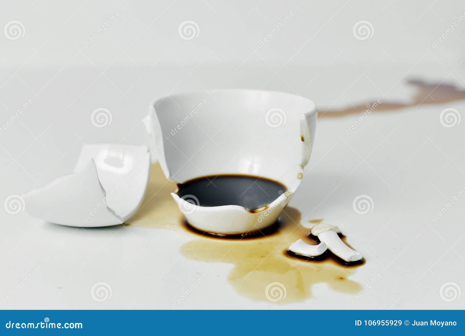 Сломленная чашка кофе